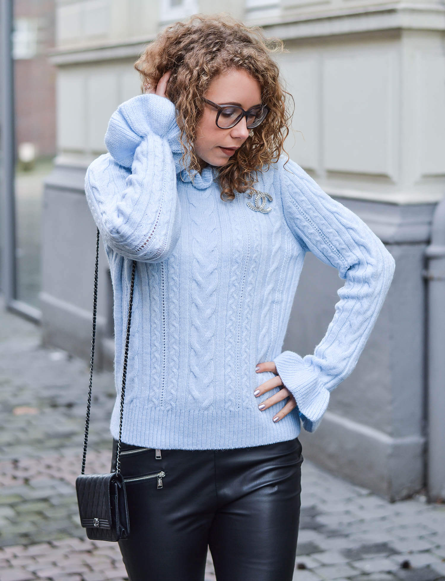 Outfit-Baby-Blue-Knit-Pullover-and-Guess-Fake-Leather-Pants-kationette-fashionblogger-nrw-streetstyle