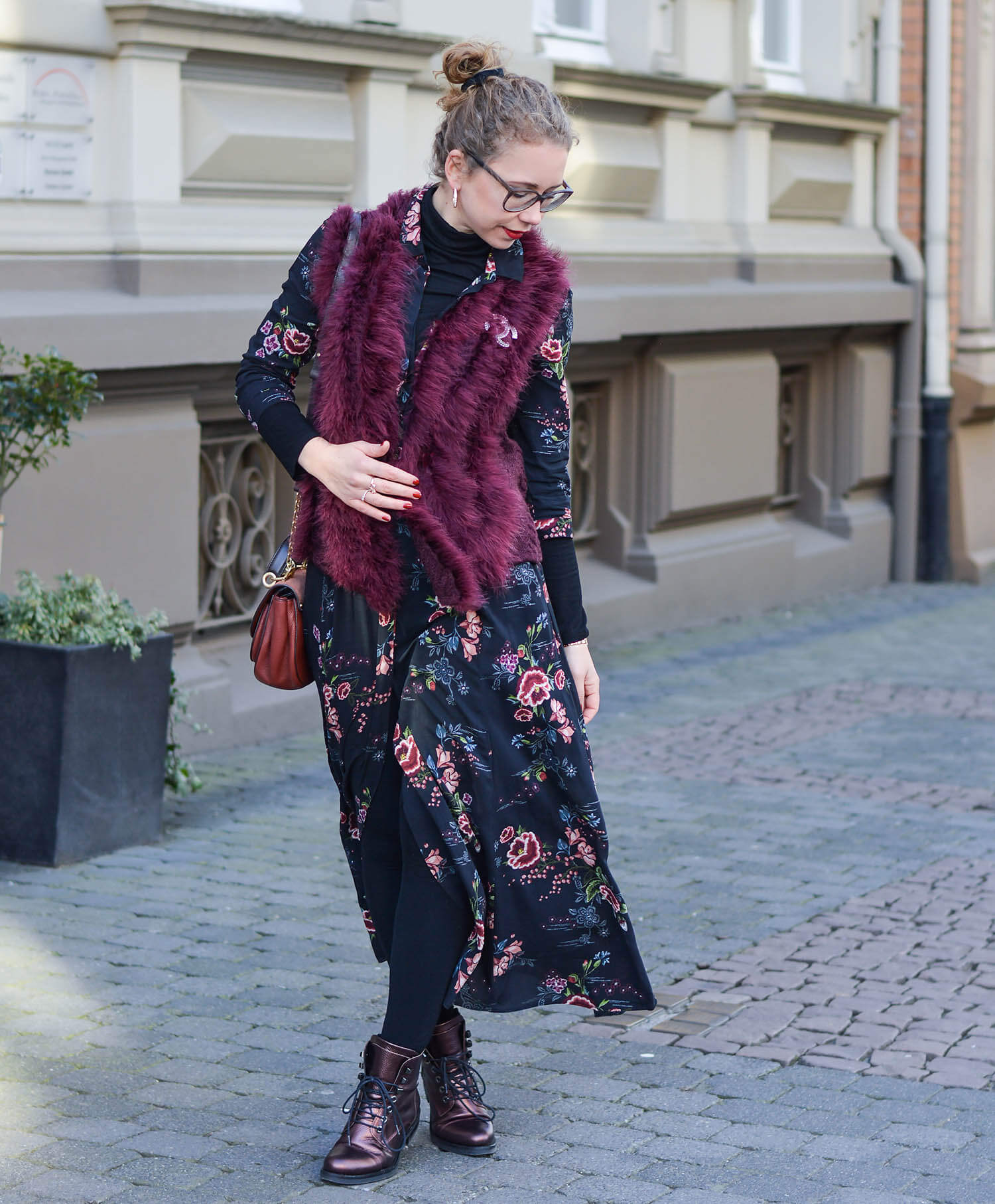 Outfit-Zara-Flower-Dress-Feather-Vest-and-metallic-Boots-kationette-fashionblogger-nrw