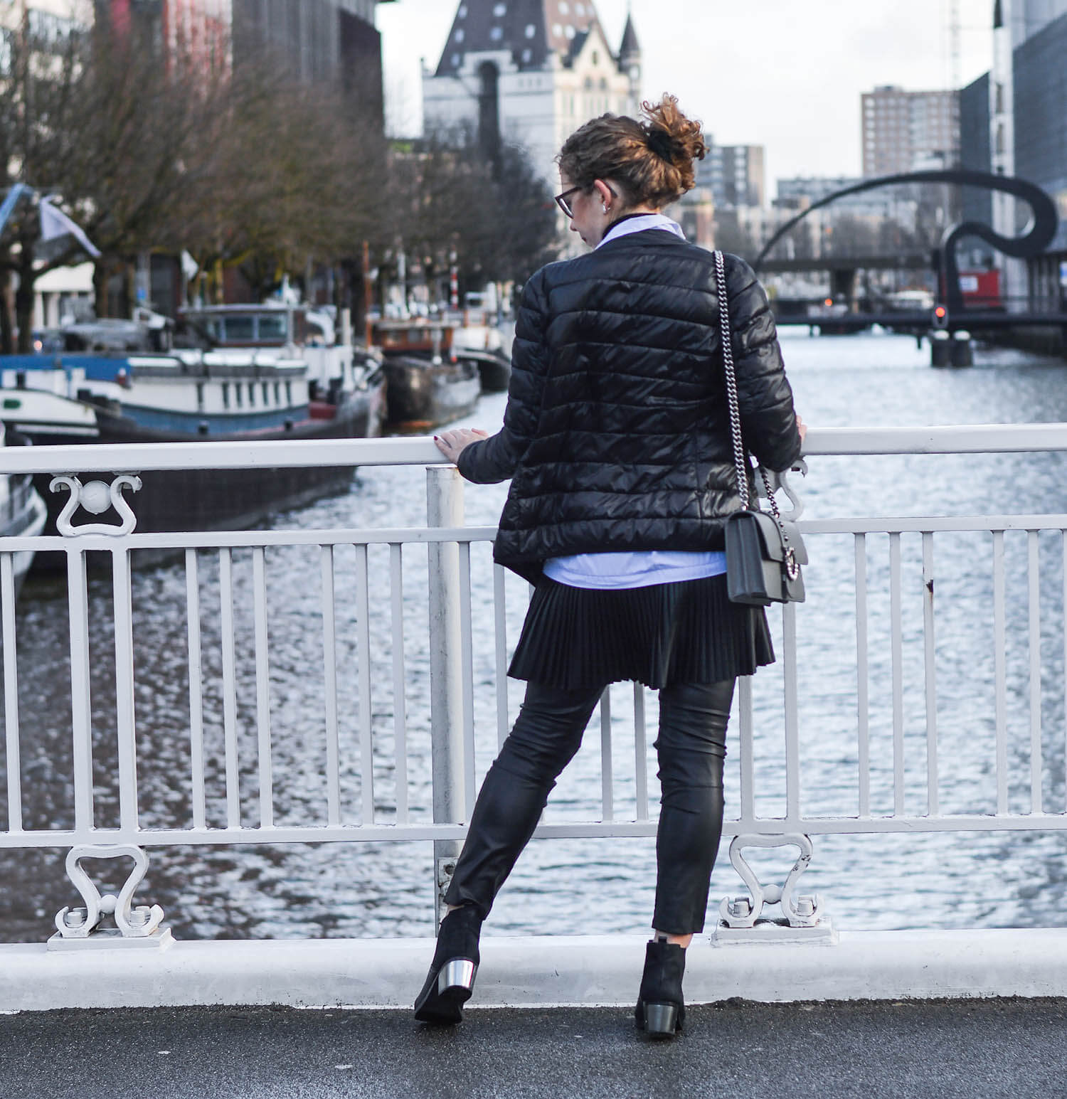 Outfit-Zara-Longblouse-with-fake-leather-pleated-skirt-in-Rotterdam-kationette-fashionblogger-netherlands-pinko-bag