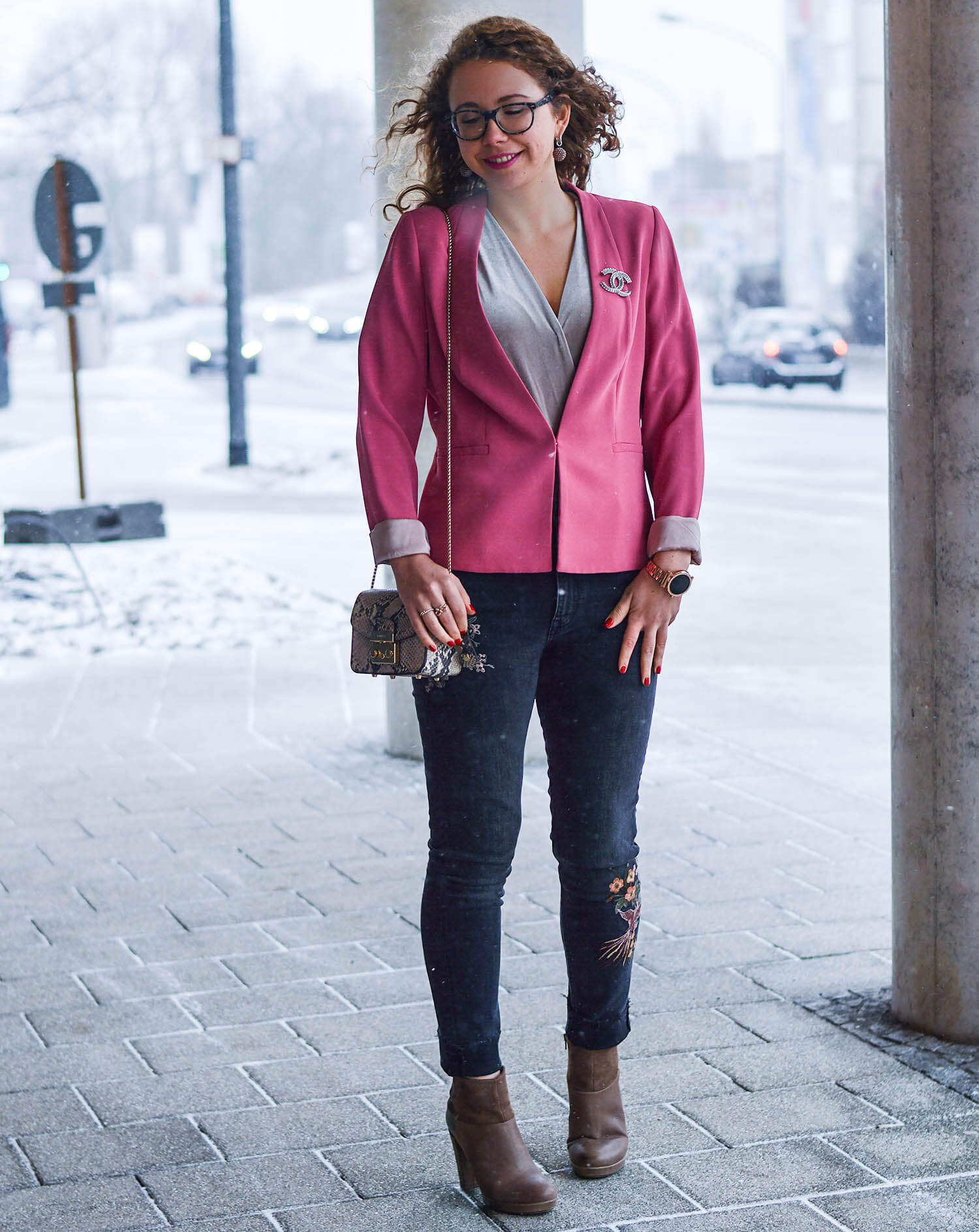 Outfit-Winter-meets-Spring-Pink-Blazer-Velvet-Body-Embroidered-Denim-and-Booties-kationette-fashionblogger-nrw