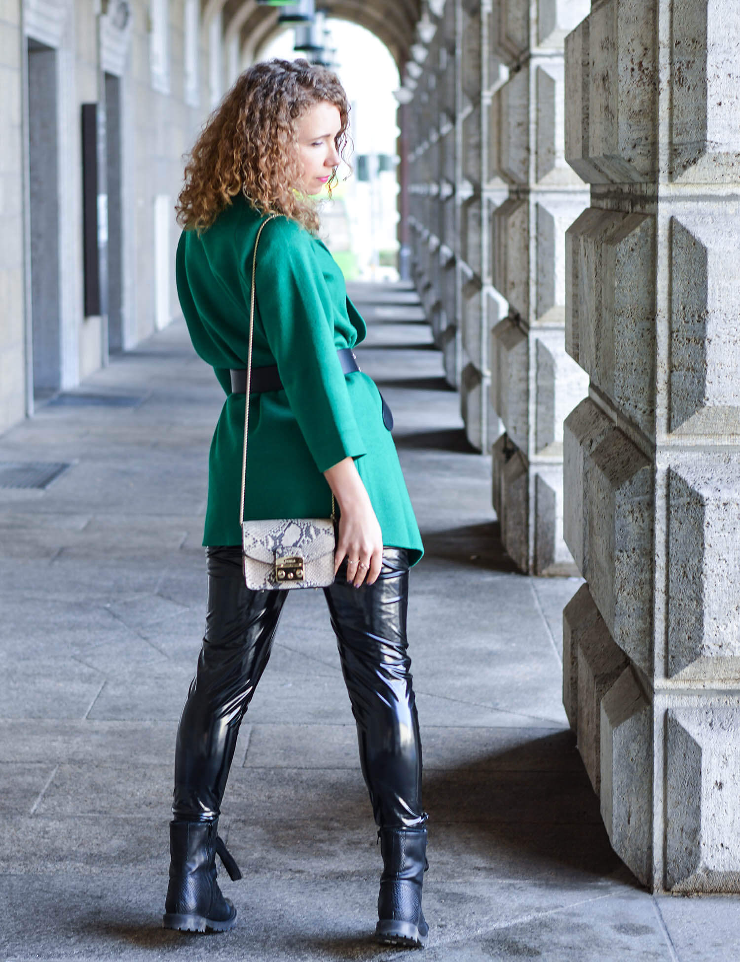 Outfit-Green-Cardigan-with-Gucci-Belt-Vinyl-Pants-and-New-Boots-kationette-streetstyle