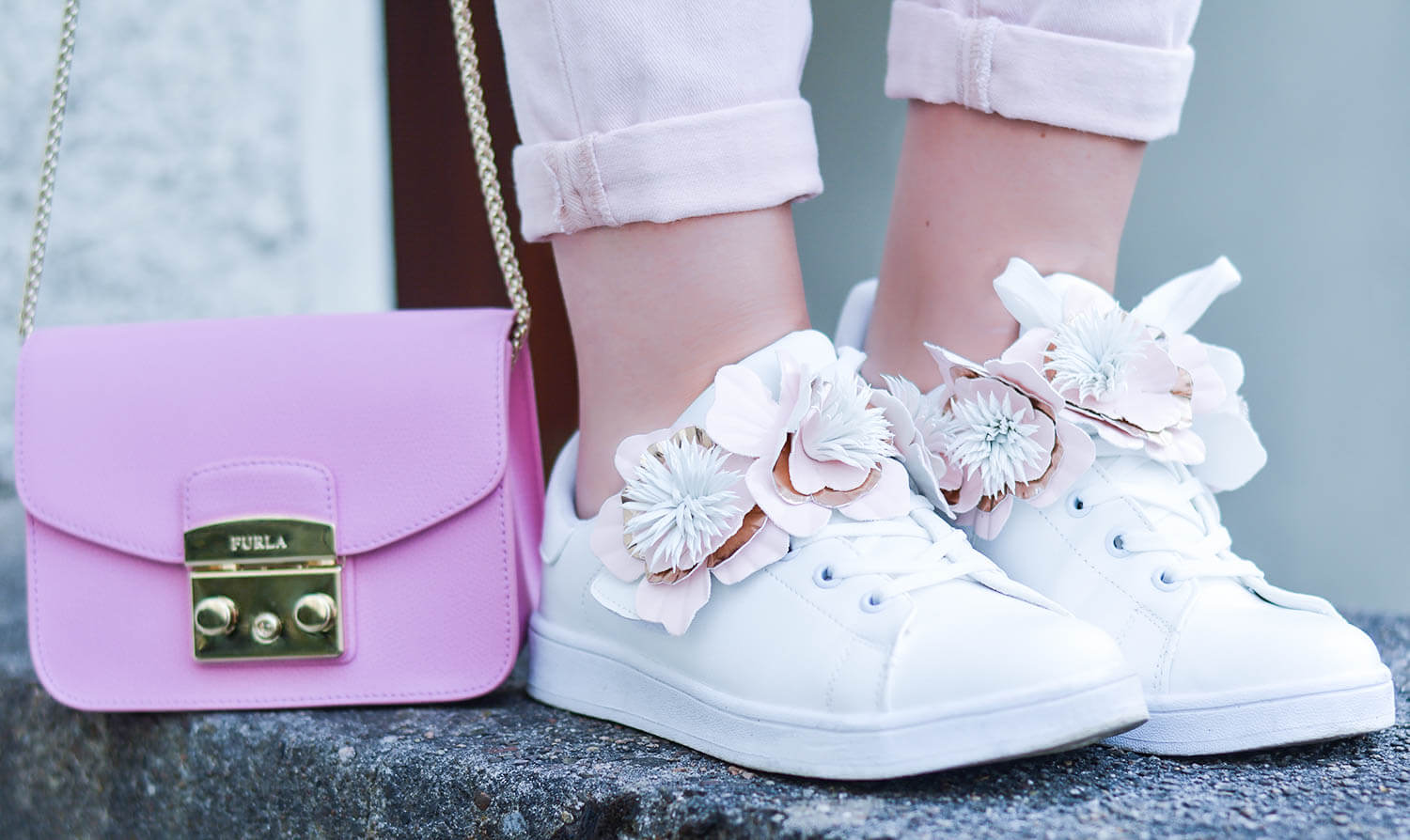 Outfit-Pale-Pink-and-White-with-Flower-Sneakers-during-our-Mini-Moon-kationette-fashionblogger-nrw-furla-metropolis