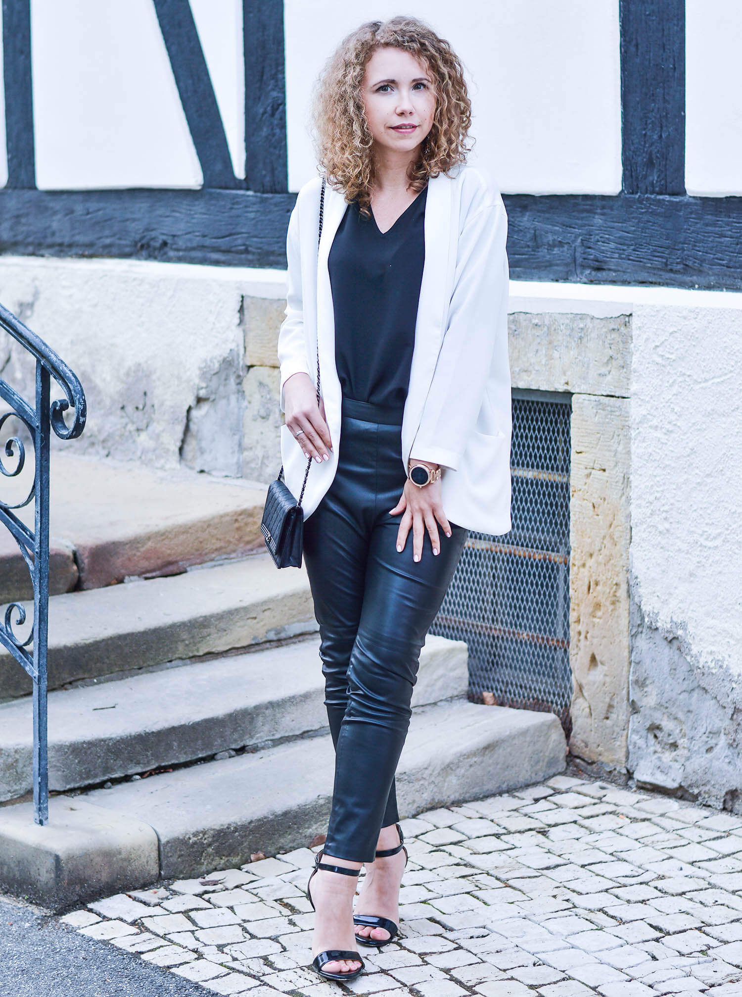 Outfit-Black-Fake-Leather-Pants-White-Blazer-Chanel-Bag-honeymoon-fashionblogger-nrw-kationette-graeflicher-park-bad-driburg