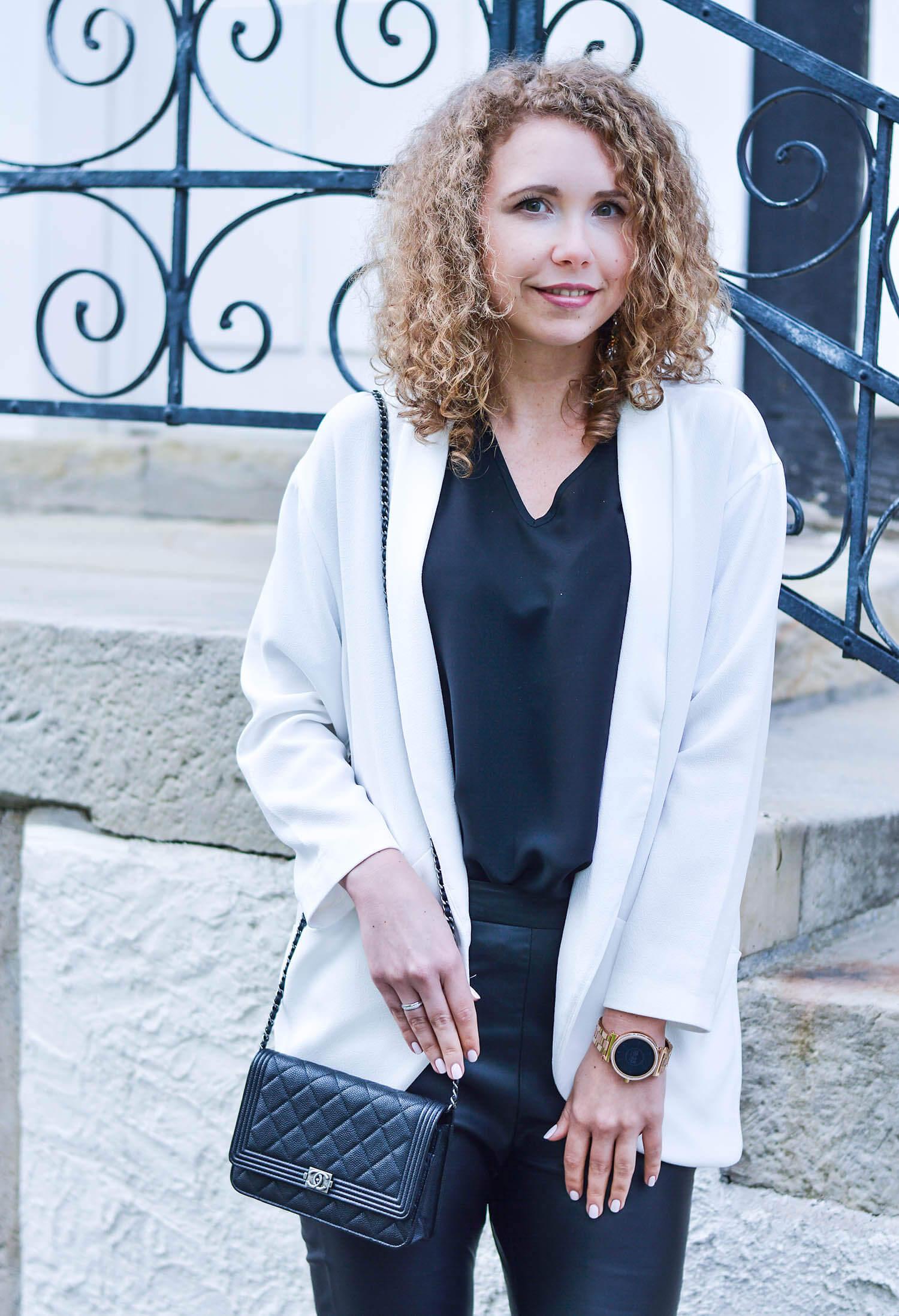 Outfit-Black-Fake-Leather-Pants-White-Blazer-Chanel-Bag-honeymoon-fashionblogger-nrw-kationette-graeflicher-park-bad-driburg