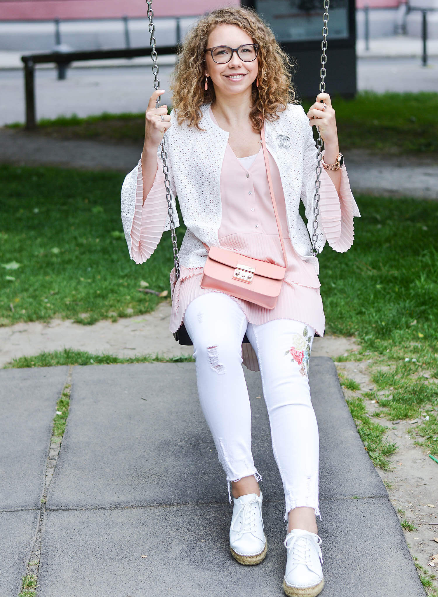 Outfit-Pale-Pink-Pleated-Blouse-with-White-Lace-Jacket-&-Denim-kationette-fashionblogger-nrw