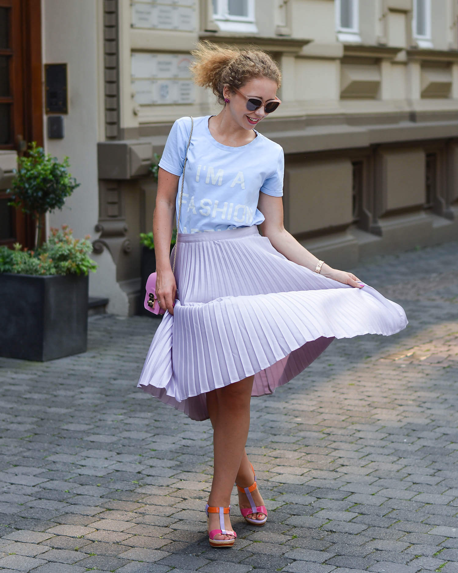 Summer-Outfit-Pastel-Pleated-Skirt-Babyblue-Tee-Wedges-and-Furla-Metropolis-Kationette-Fashionblogger-NRW