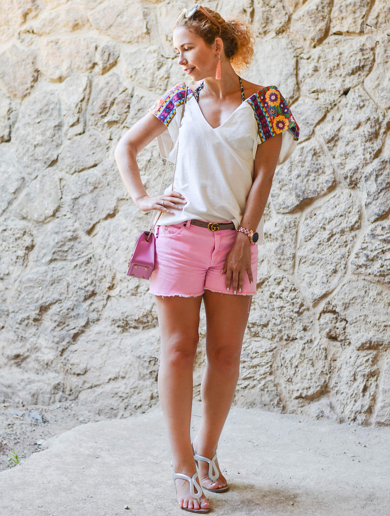 Holiday-Outfit-Parc-Güell-Barcelona-with-Boho-Vibes-and-neonpink-Hotpants-Kationette-Fashionblogger-Travelblogger-Honeymoon-2018