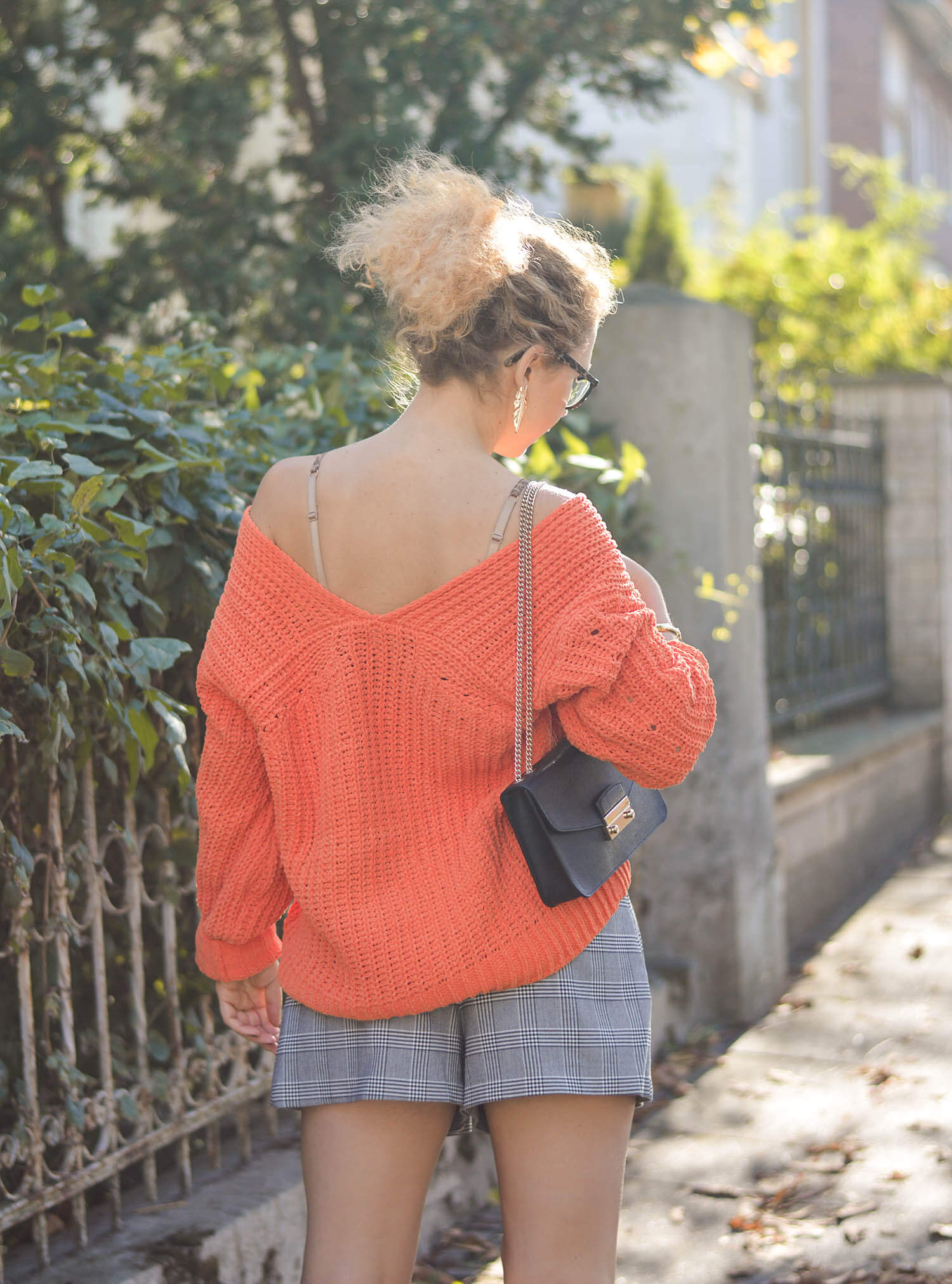 Pumpkin-Colored-Sweater-Monstera-Earrings-and-Shorts-Indian-Summer-Germany-Kationette-Fashionblogger