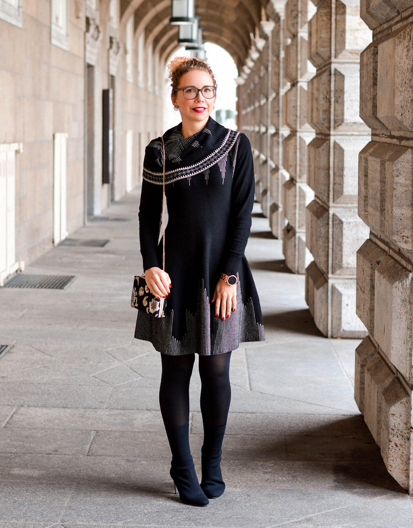Ausgestelltes-Strickkleid-Sockboots-Abendtasche-Kationette-Fashionblog-Germany-Outfit