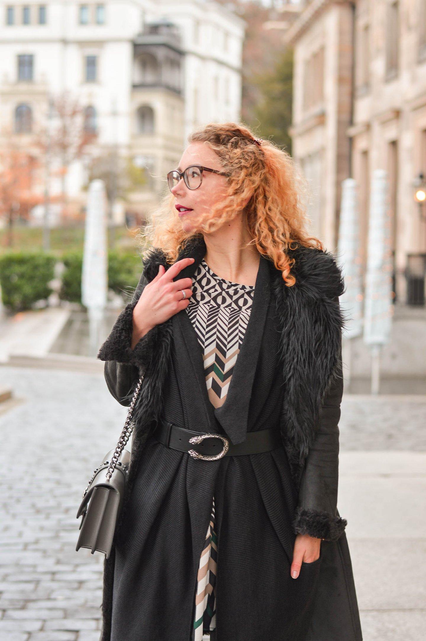 Shearling-Grautöne-und-Grafische-Muster-Winter-Outfit-Wiesbaden-kationette-fashionblog