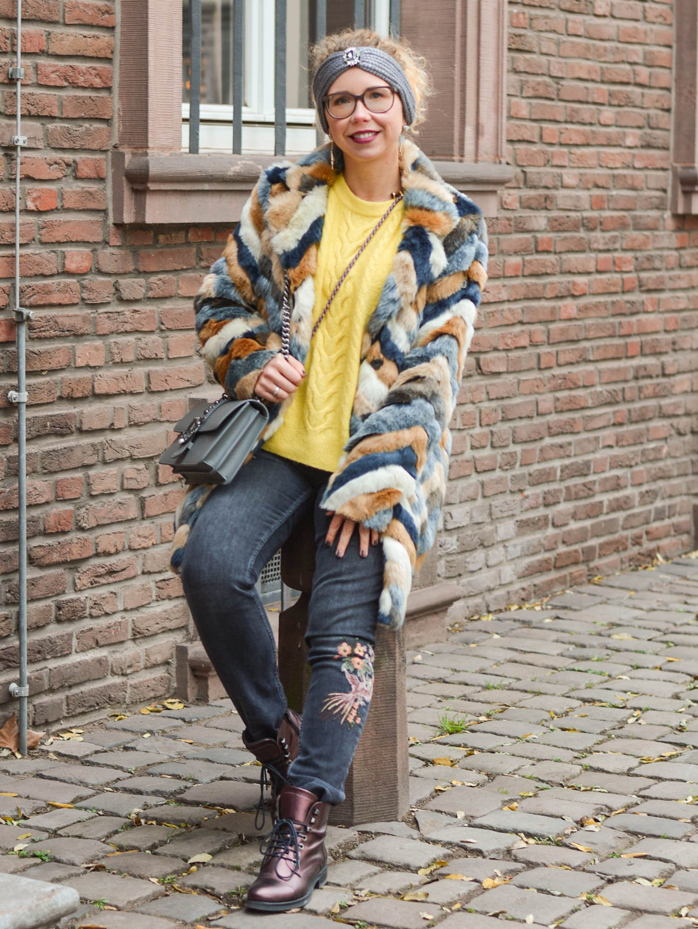 Kuscheloutfit-Stirnband-Kunstfellmantel-Zopfpullover-Kationette-Fashionblogger-Outfit-Winter-2019