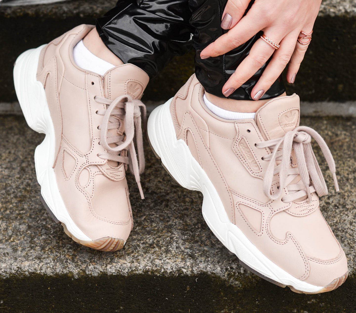 Adidas-Falcon-Ash-Pearl-Chunky-Sneaker-XL-Strick-Vinyl-Leggings-Kationette-Fashionblog-Germany-Outfit