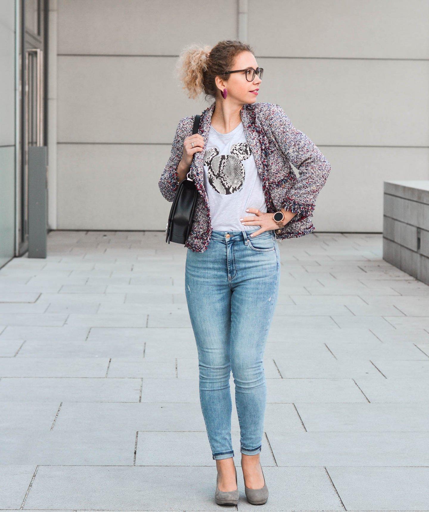 Jeans Look fürs Date mit Blazer und Disney Shirt