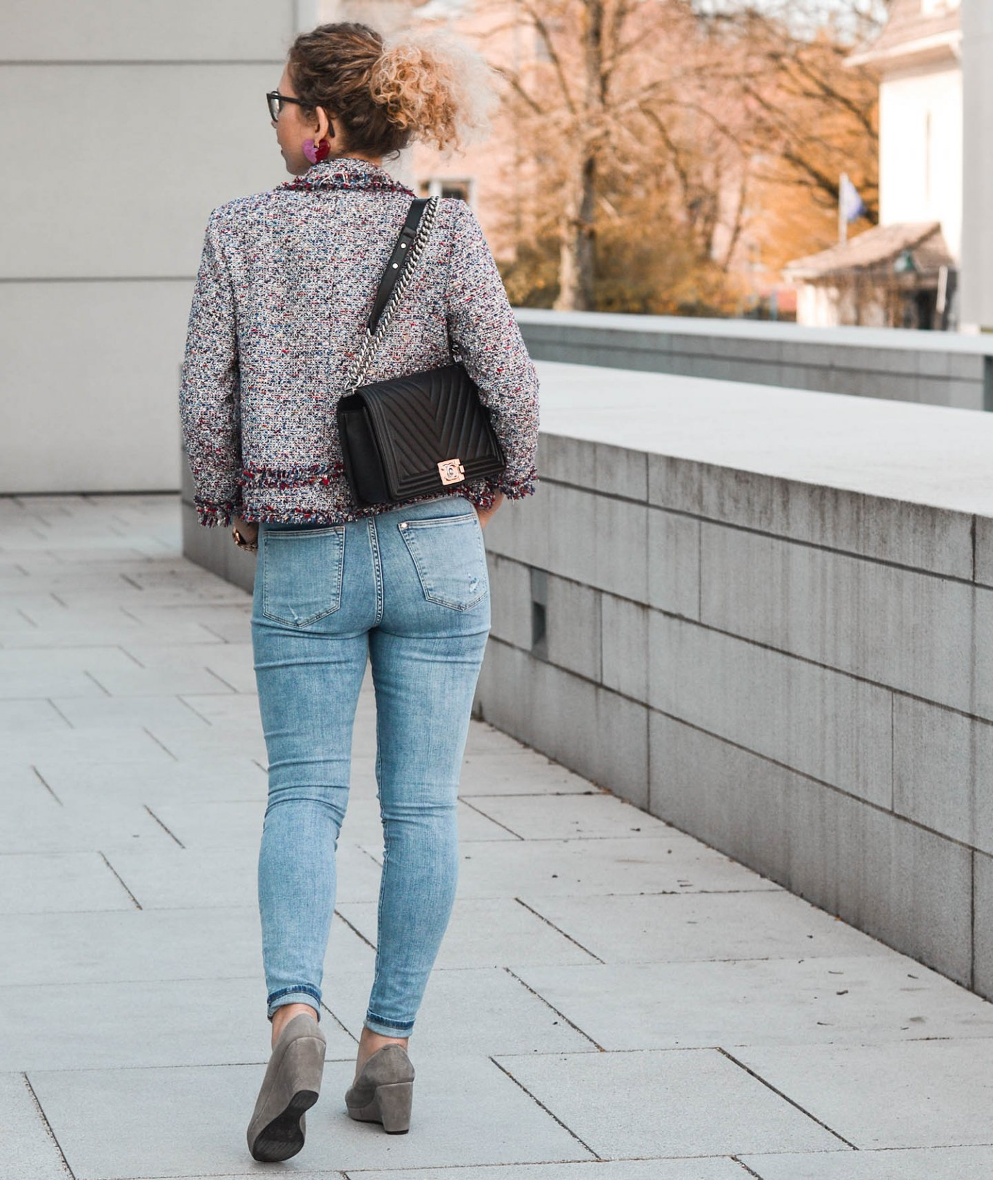 Chanel Boy Bag mit Tweed Blazer und Slim Jeans