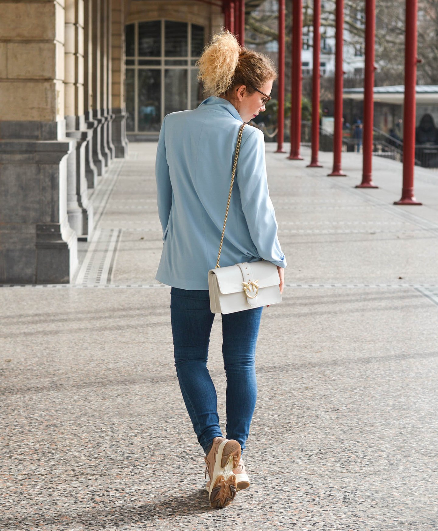 Denim-Look-Blazer-Haarspange-Chunky-Sneakers-Kationette-Fashionblog-Germany-Frühlingslook