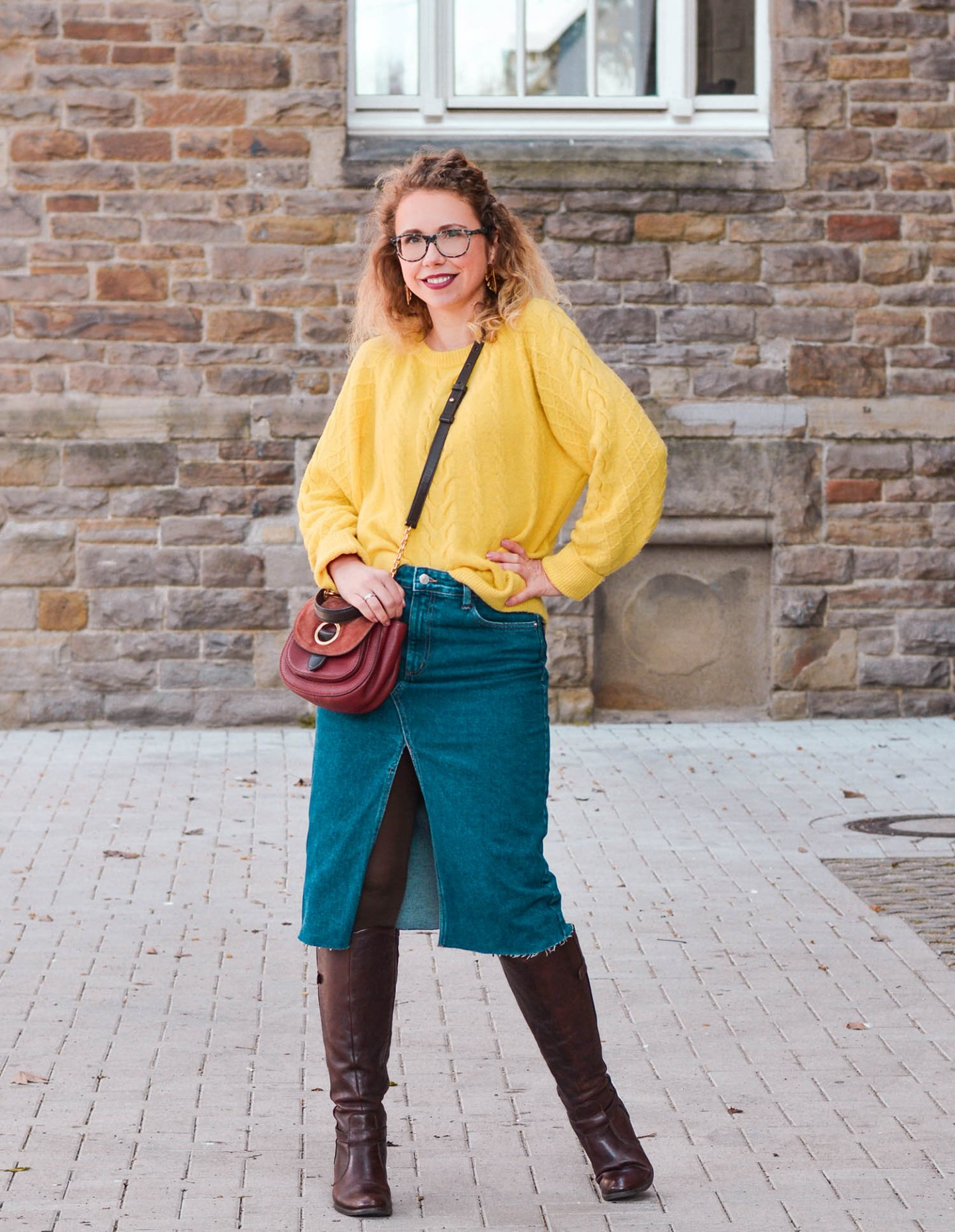 Frühlingslook mit Jeansrock, gelbem Pullover