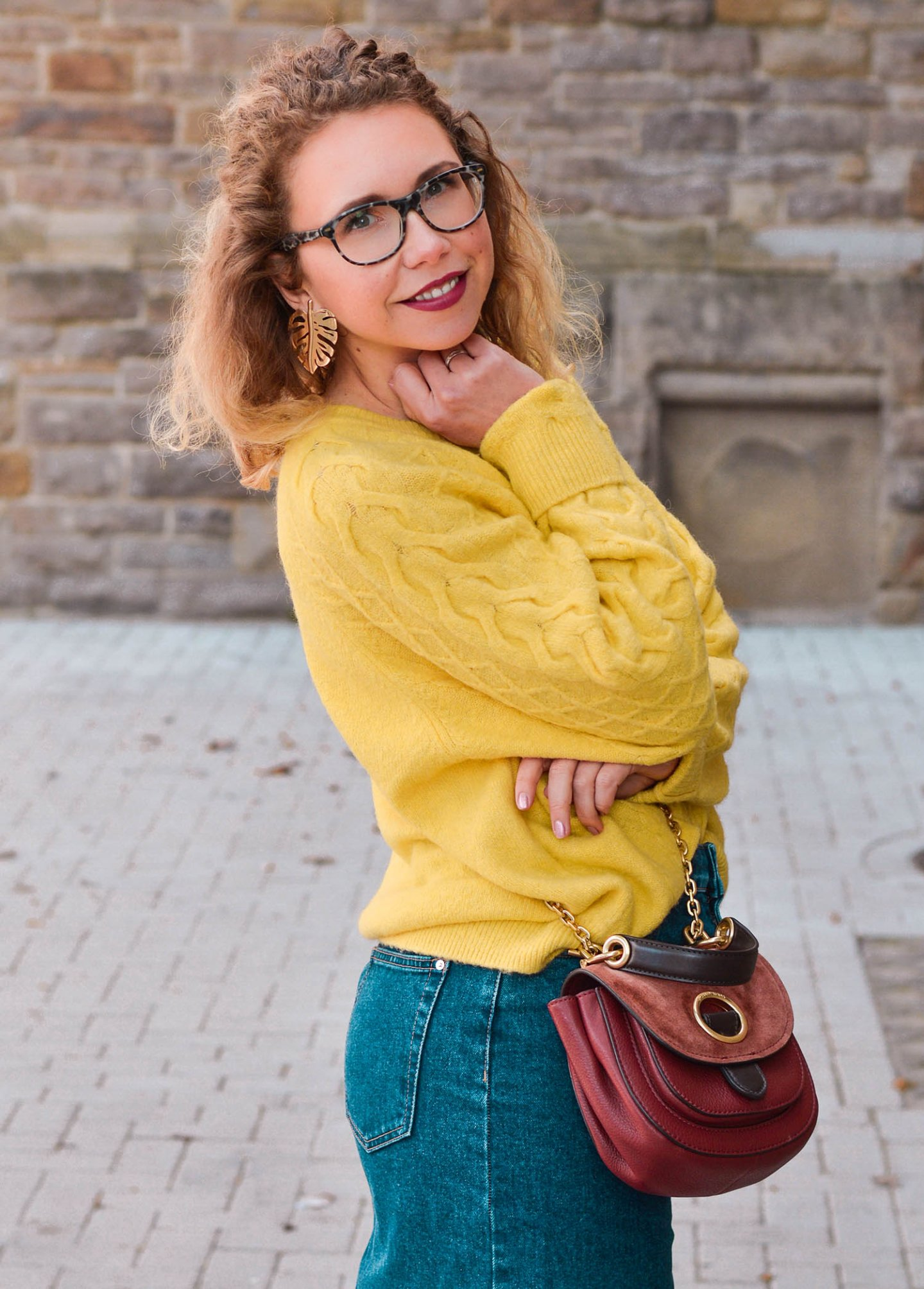 strick, jeans und saddle bag