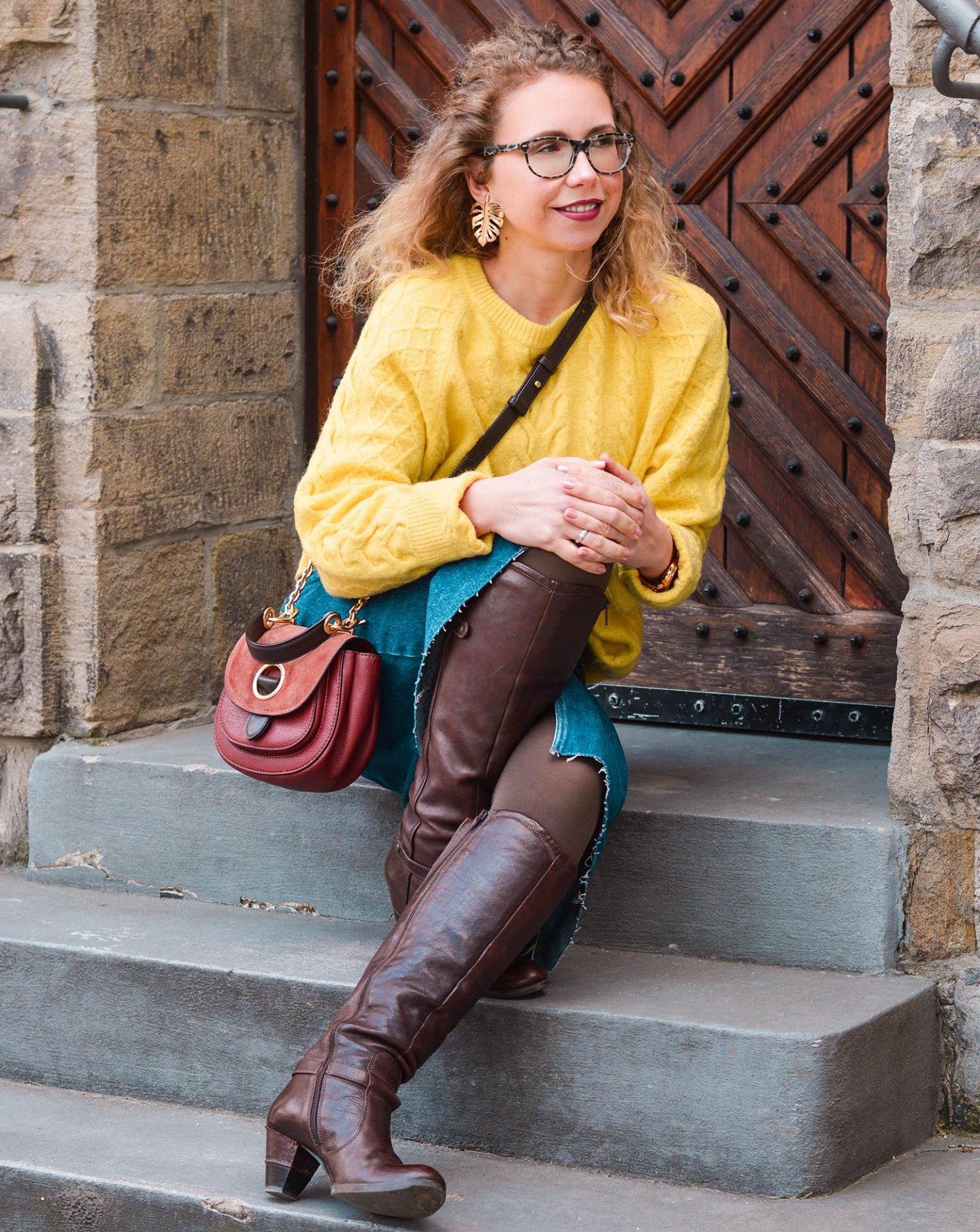 braune Lederstiefel mit Jeansrock und gelbem strick