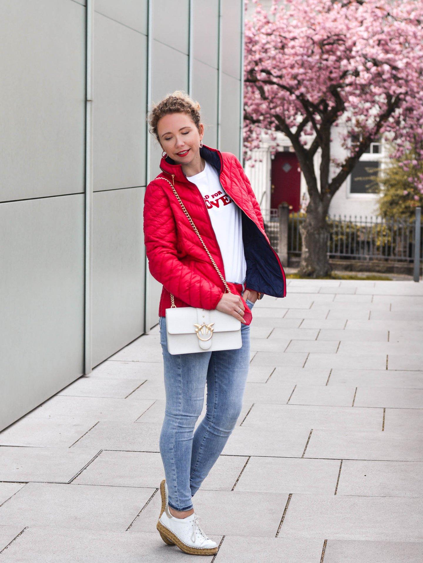 Steppjacke in rot mit weißer Handtasche