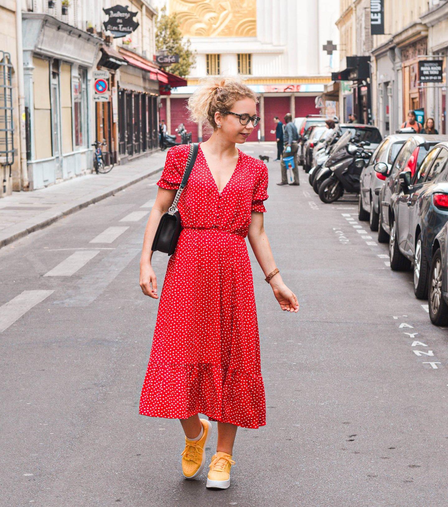 rotes pünktchenkleid von zara in paris