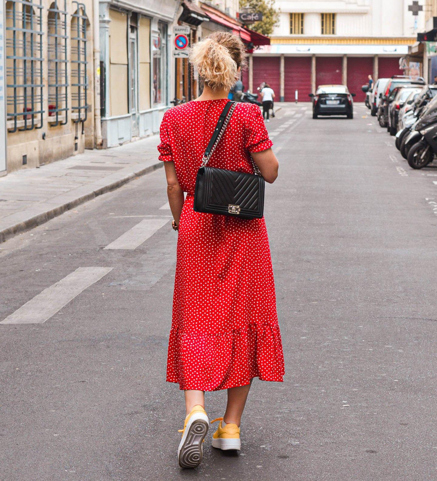 spazieren in Paris im Sommeroutfit