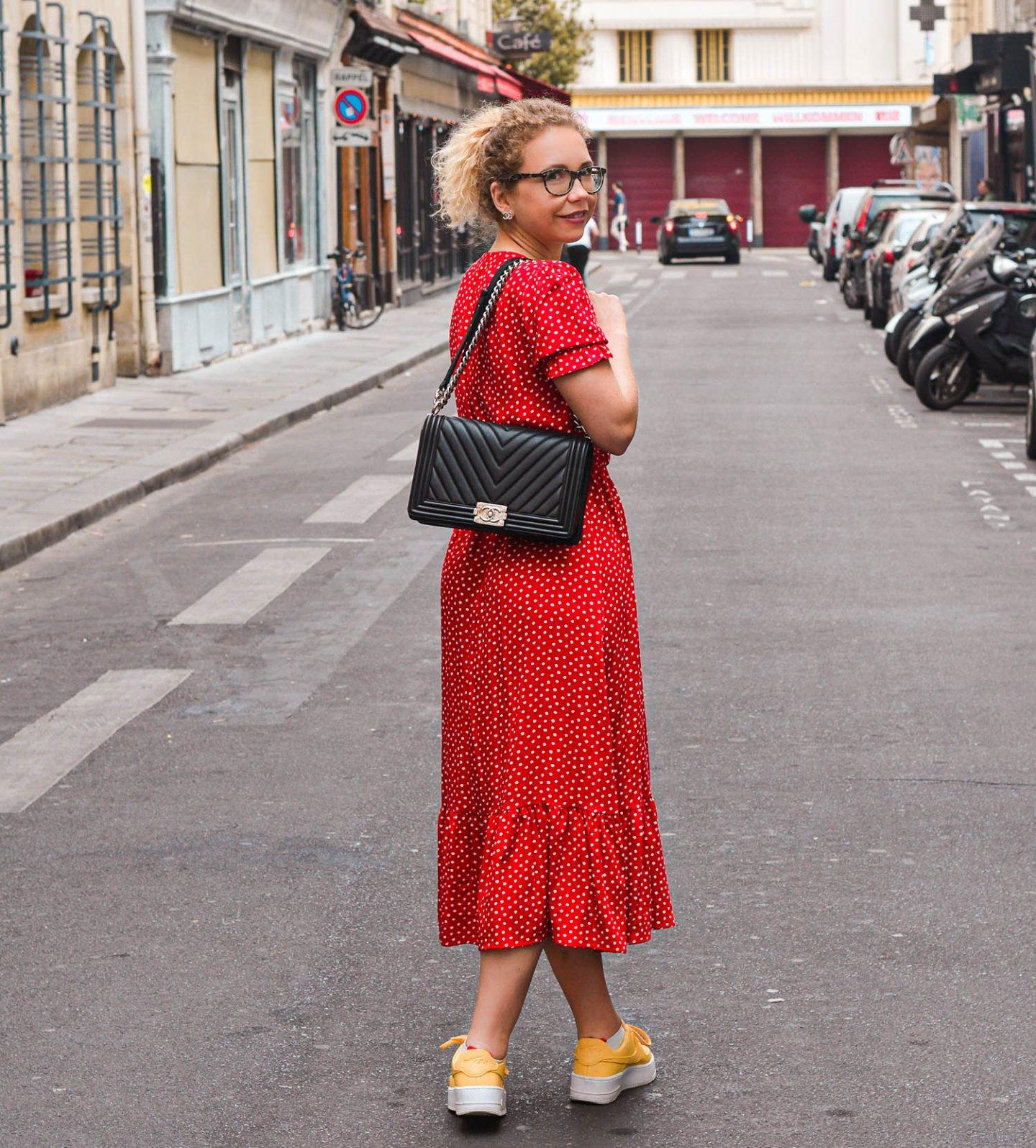 Spaziergang in paris mit rotem Kleid und Chanel Tasche