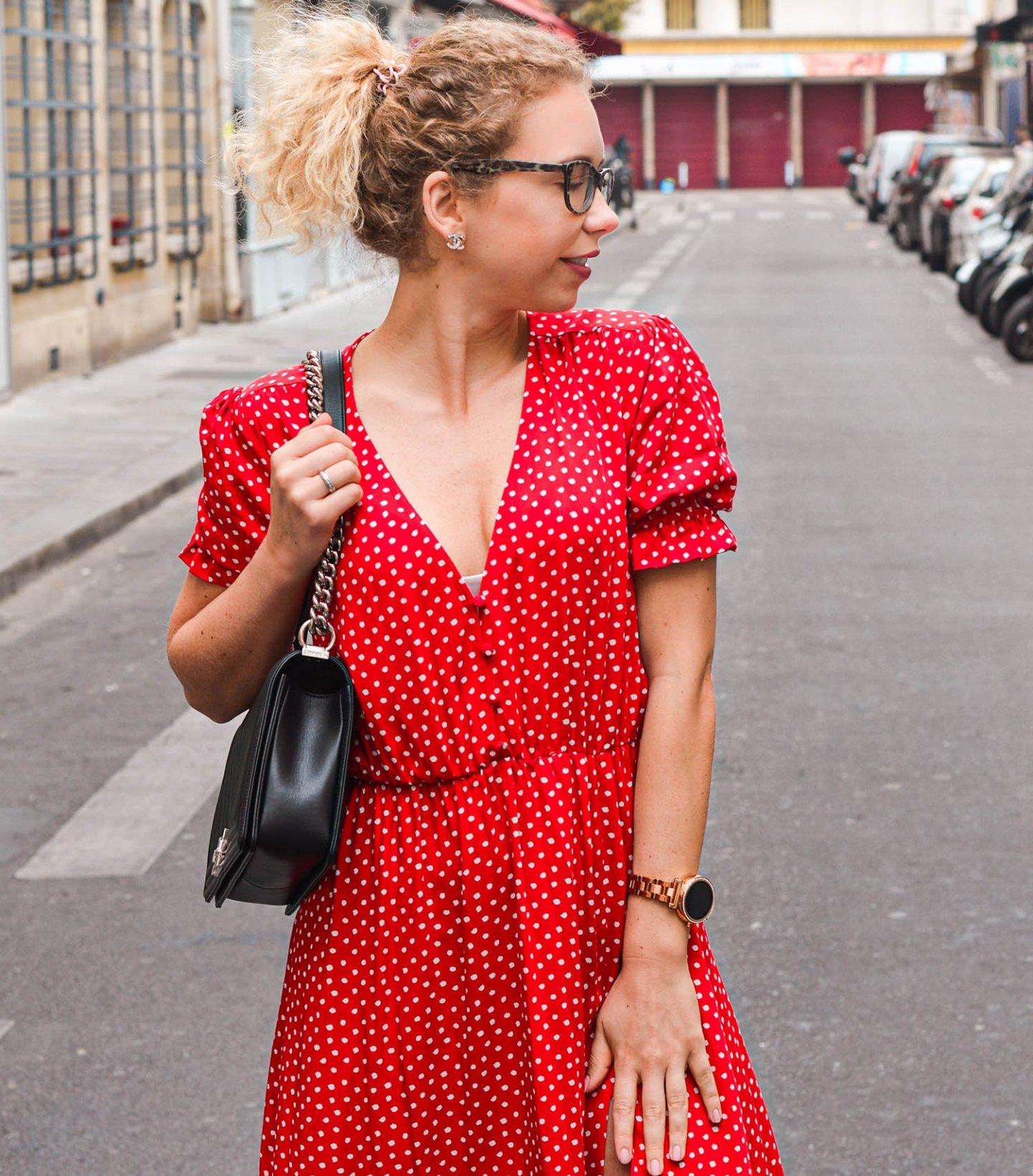 Kleid mit punkten und Chanel Tasche in paris