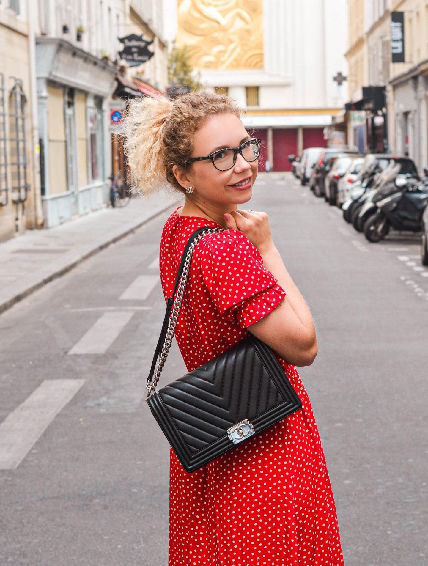 Chanel Handtasche und rotes Kleid in Paris