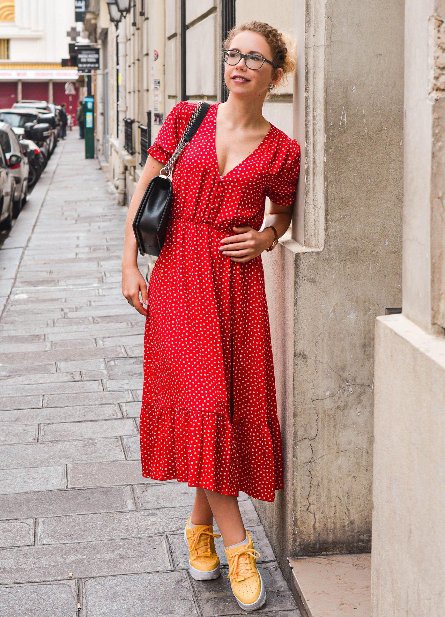 Pariser Straßen mit Sommerkleid, Chanel Handtasche und sneakern