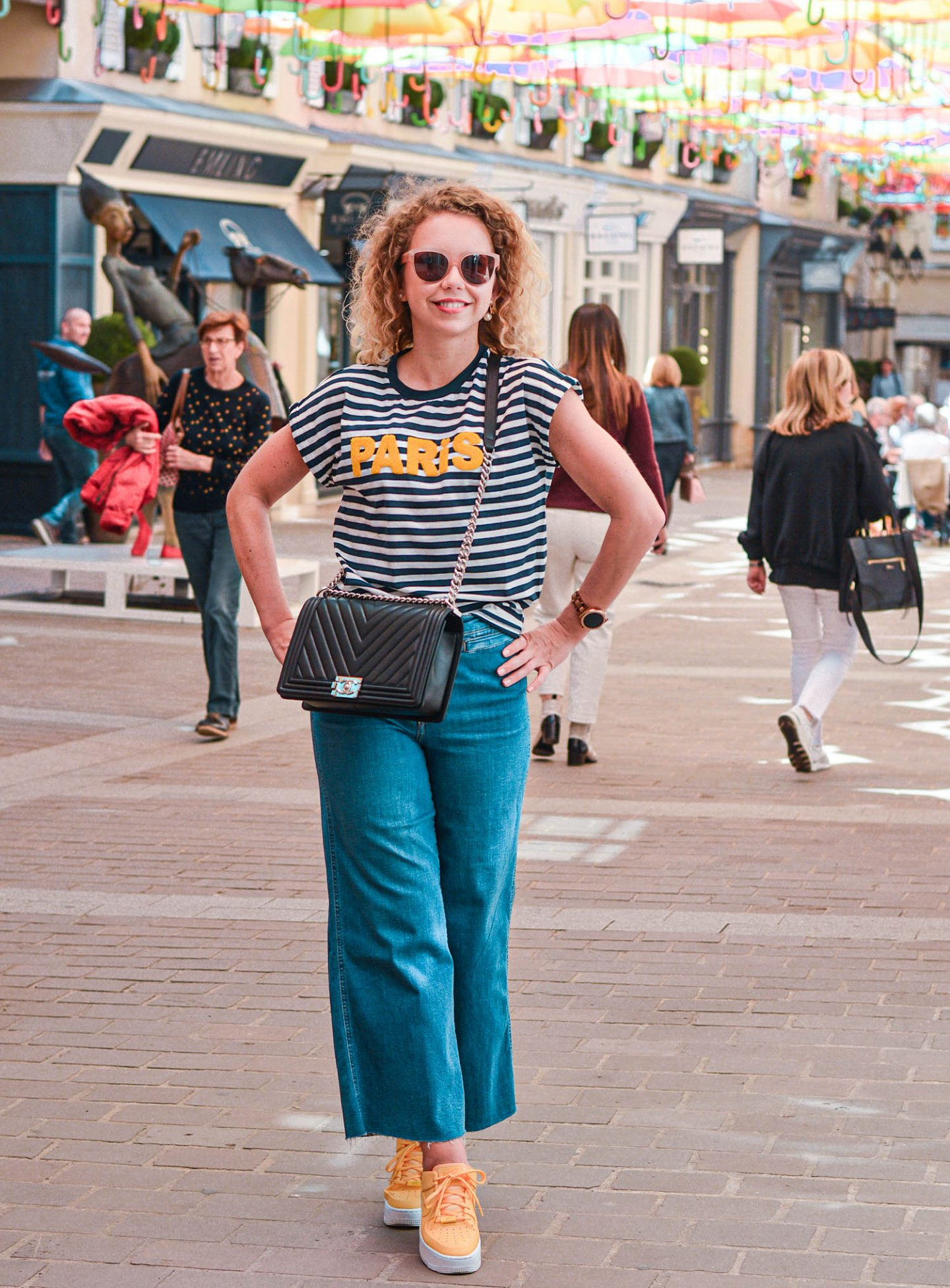 Breton-Shirt, Jeans Culottes und Chanel Boy Bag