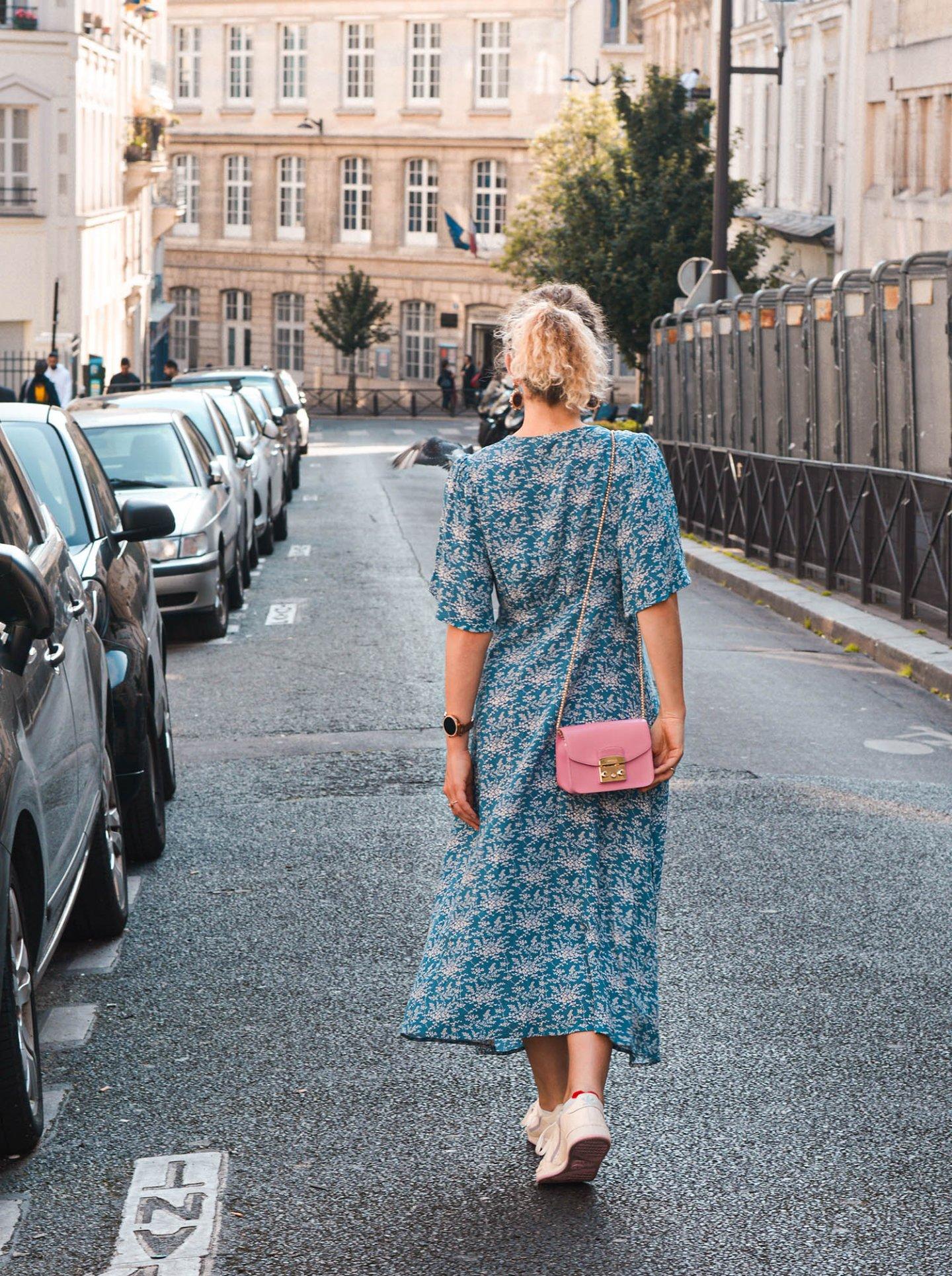 midikleid in den Straßen von paris