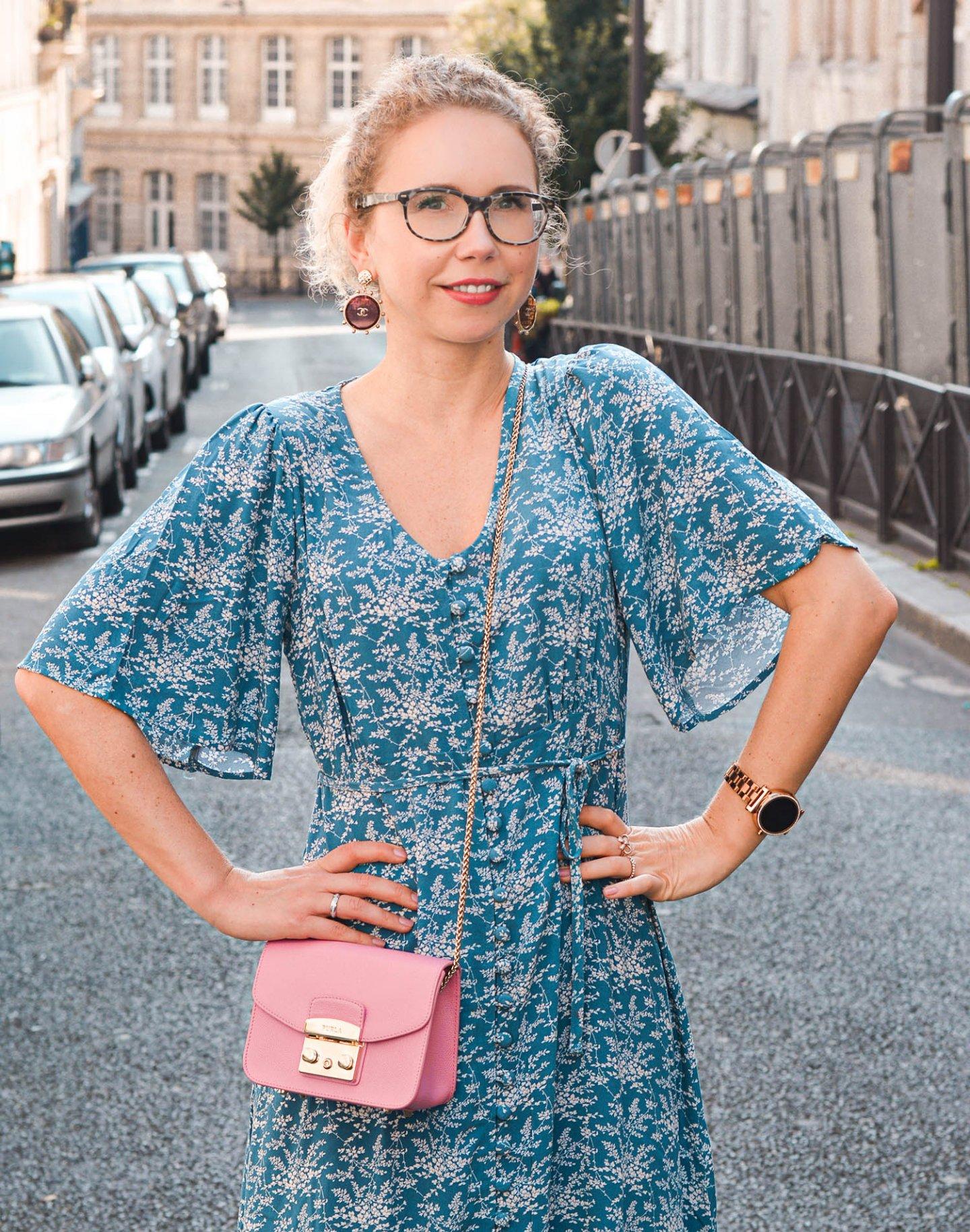 Blumenkleid und Furla tasche in paris