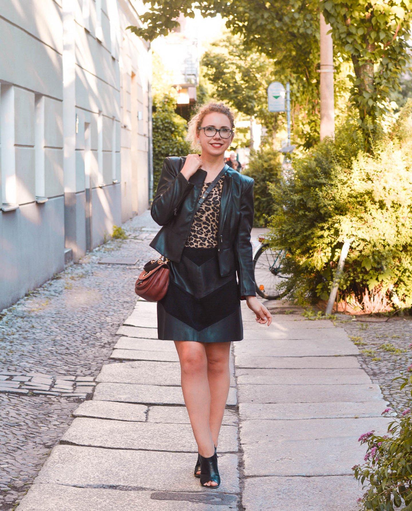 Leo-Print und Leder Outfit