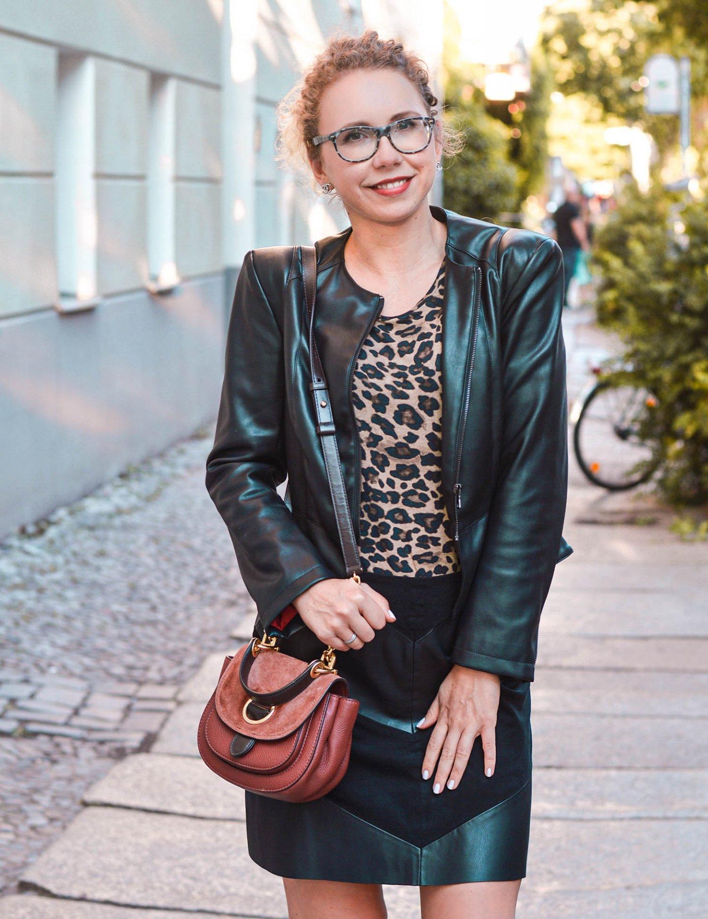 Leo-Print und Leder Outfit - elegant statt anrüchig
