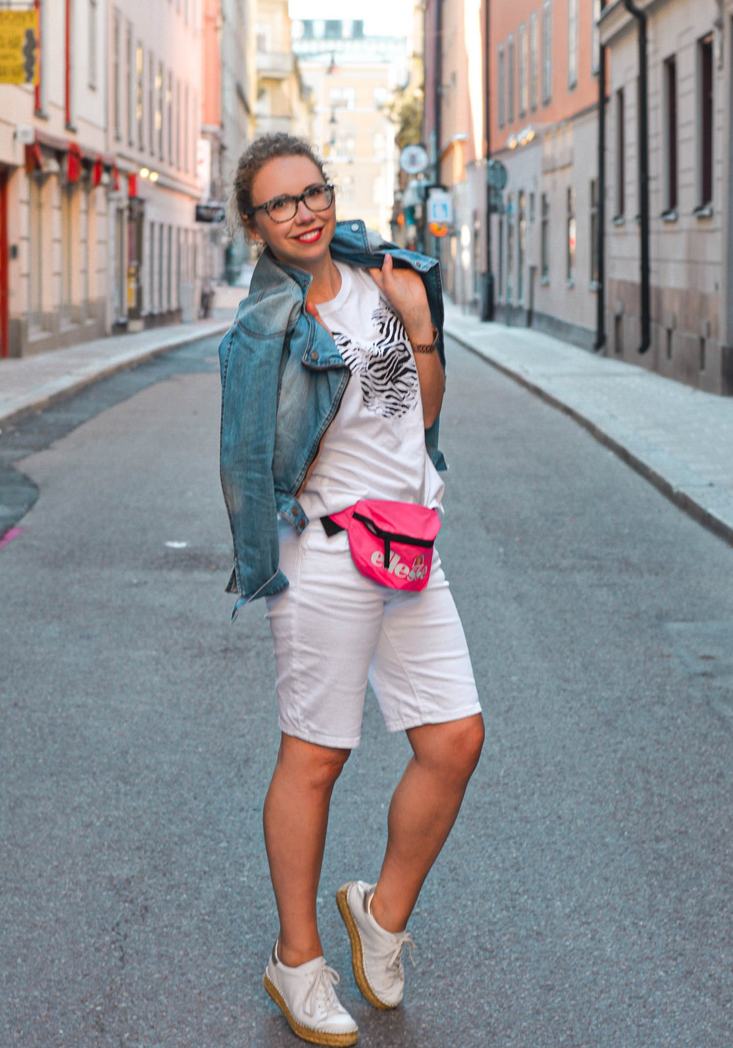 neon-trend mit allwhite outfit