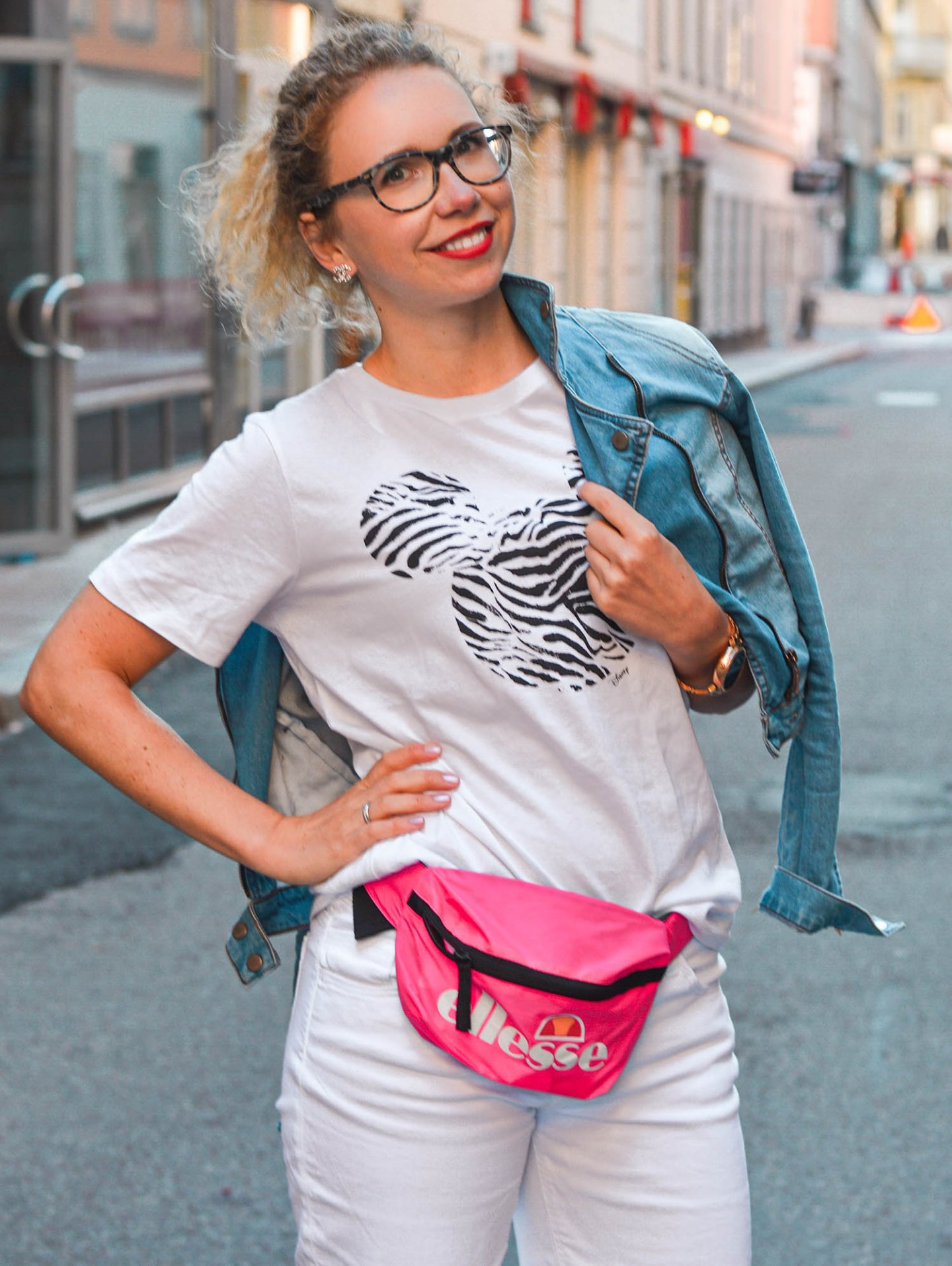 Sommerlook aus Stockholm mit Ellesse Belt Bag in neonpink