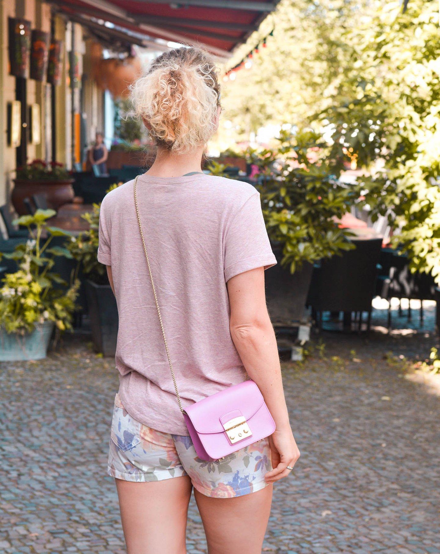 hotpants, leinenshirt und Furla tasche - kationette