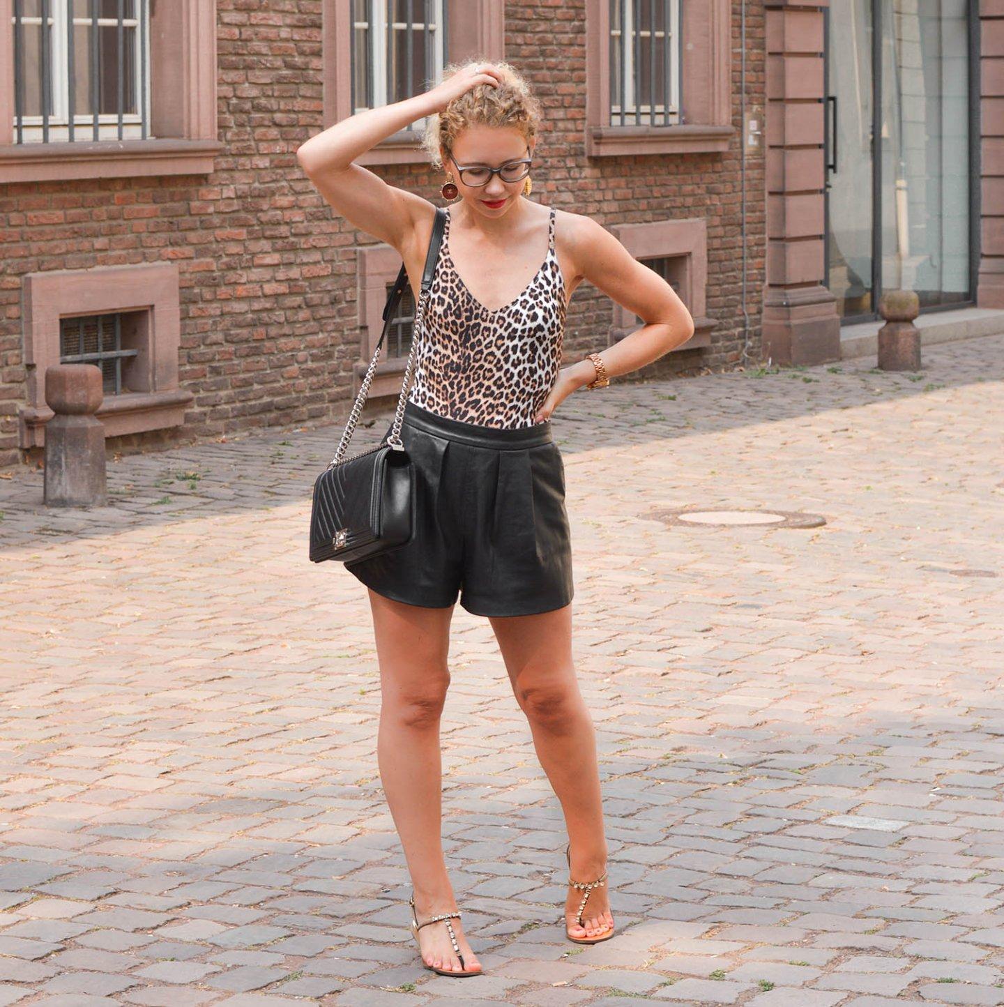 Hitzefrei-Outfit für die City - Leo-Badeanzug, Ledershorts