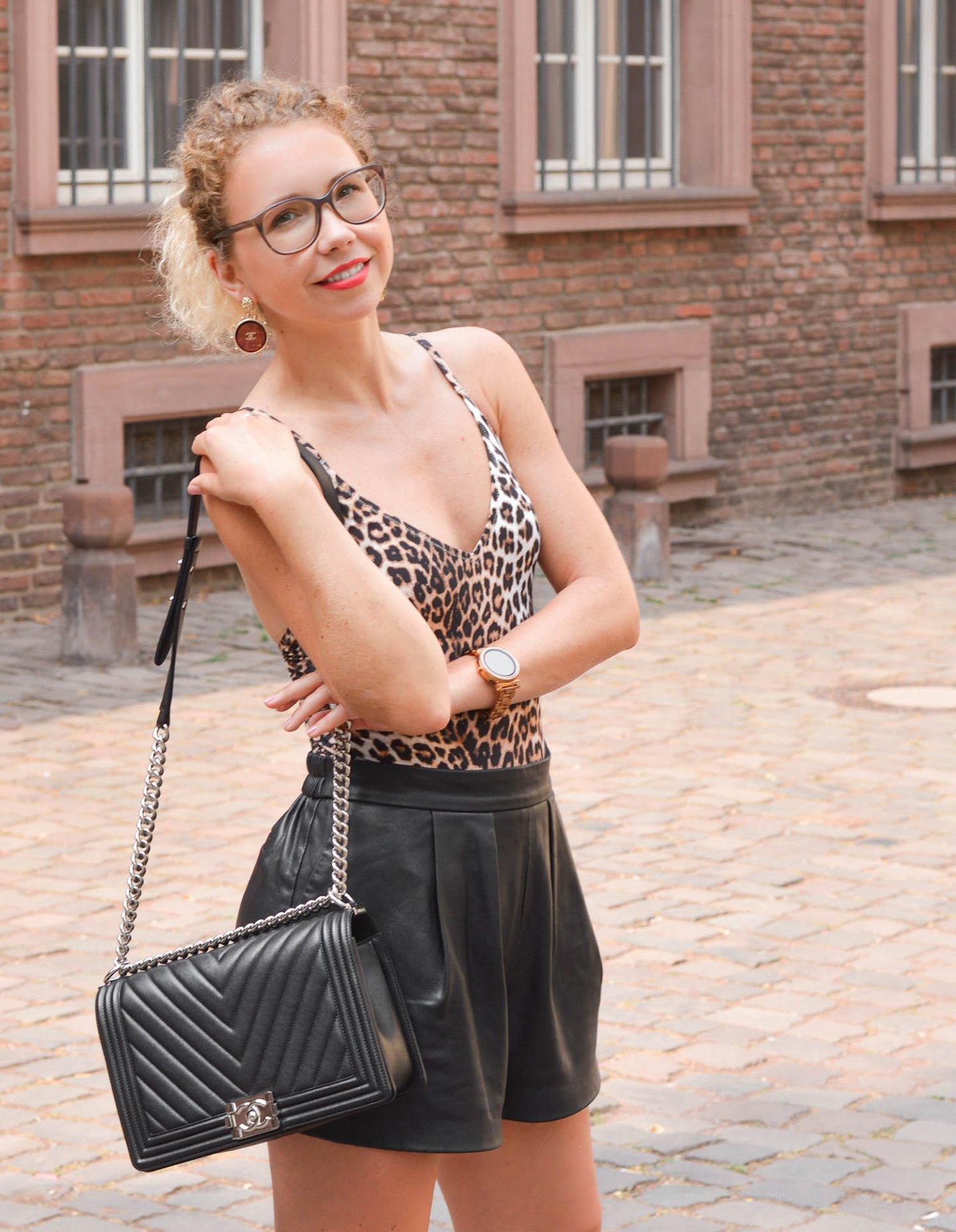 Chanel Boy Bag, Leo-Badeanzug und Ledershorts