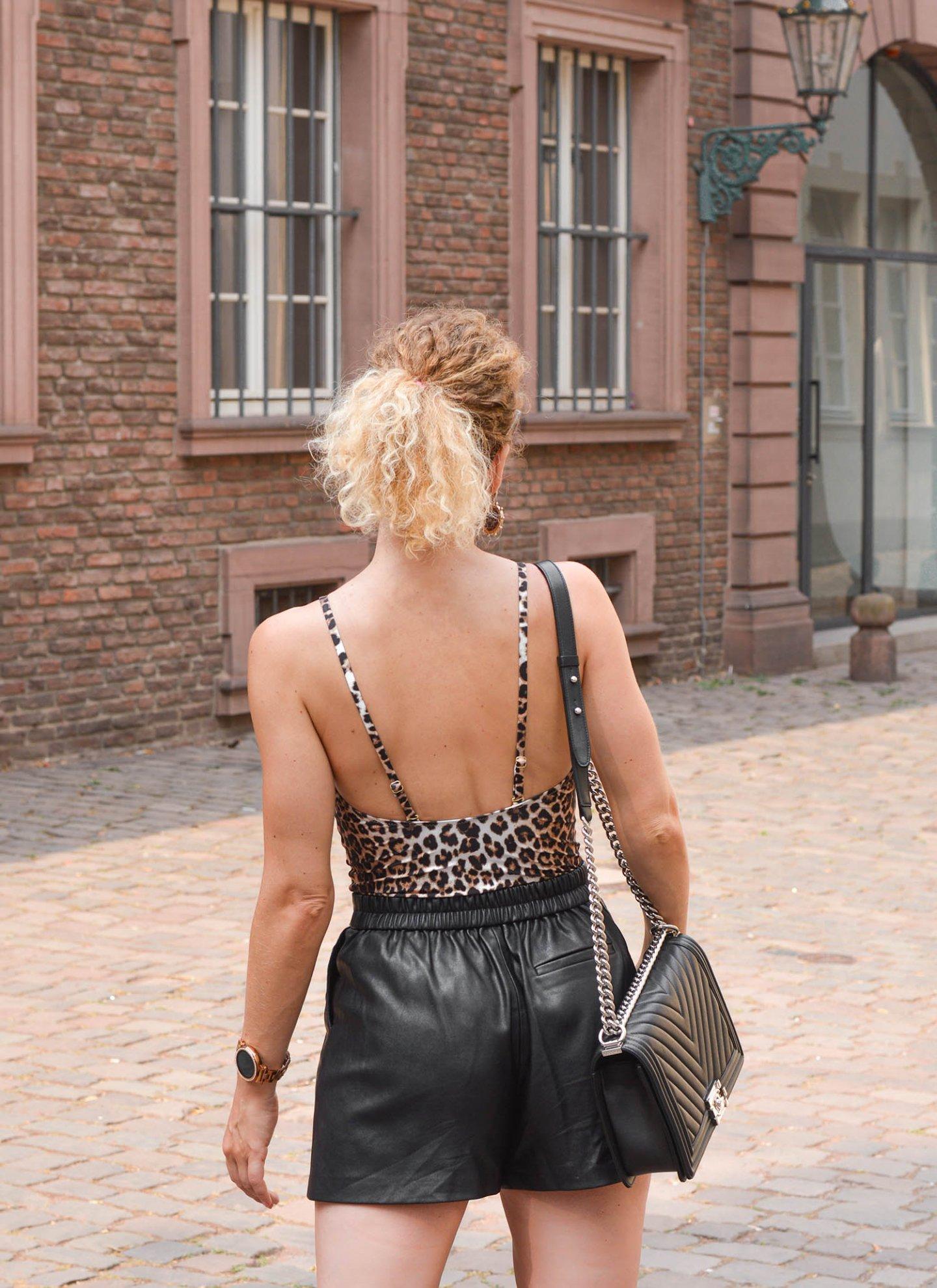 Leo-Badeanzug, Ledershorts und Chanel Boy Bag