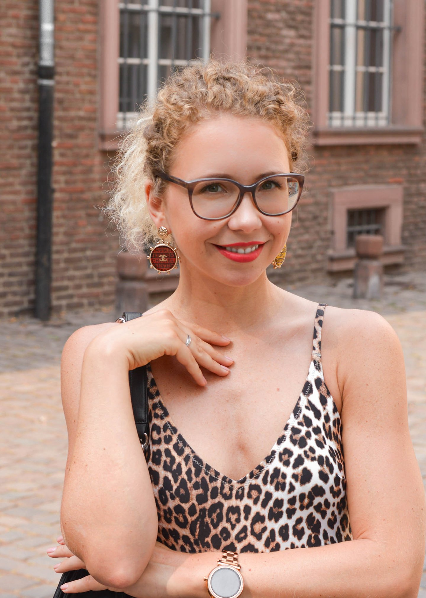 Porträtfoto Kationette mit Chanel Ohrringen und Leopard Badeanzug