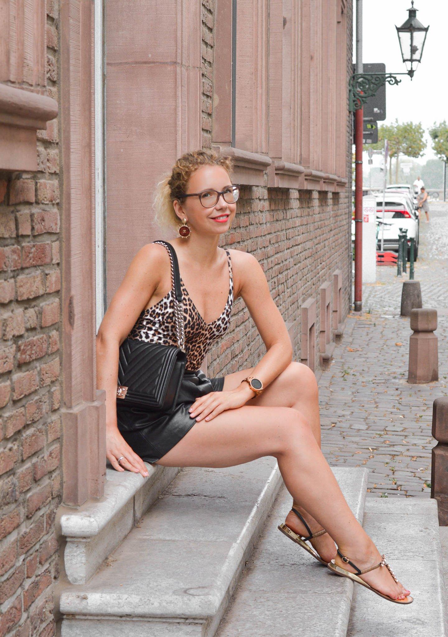 Leobadeanzug mit Ledershorts und Chanel Tasche