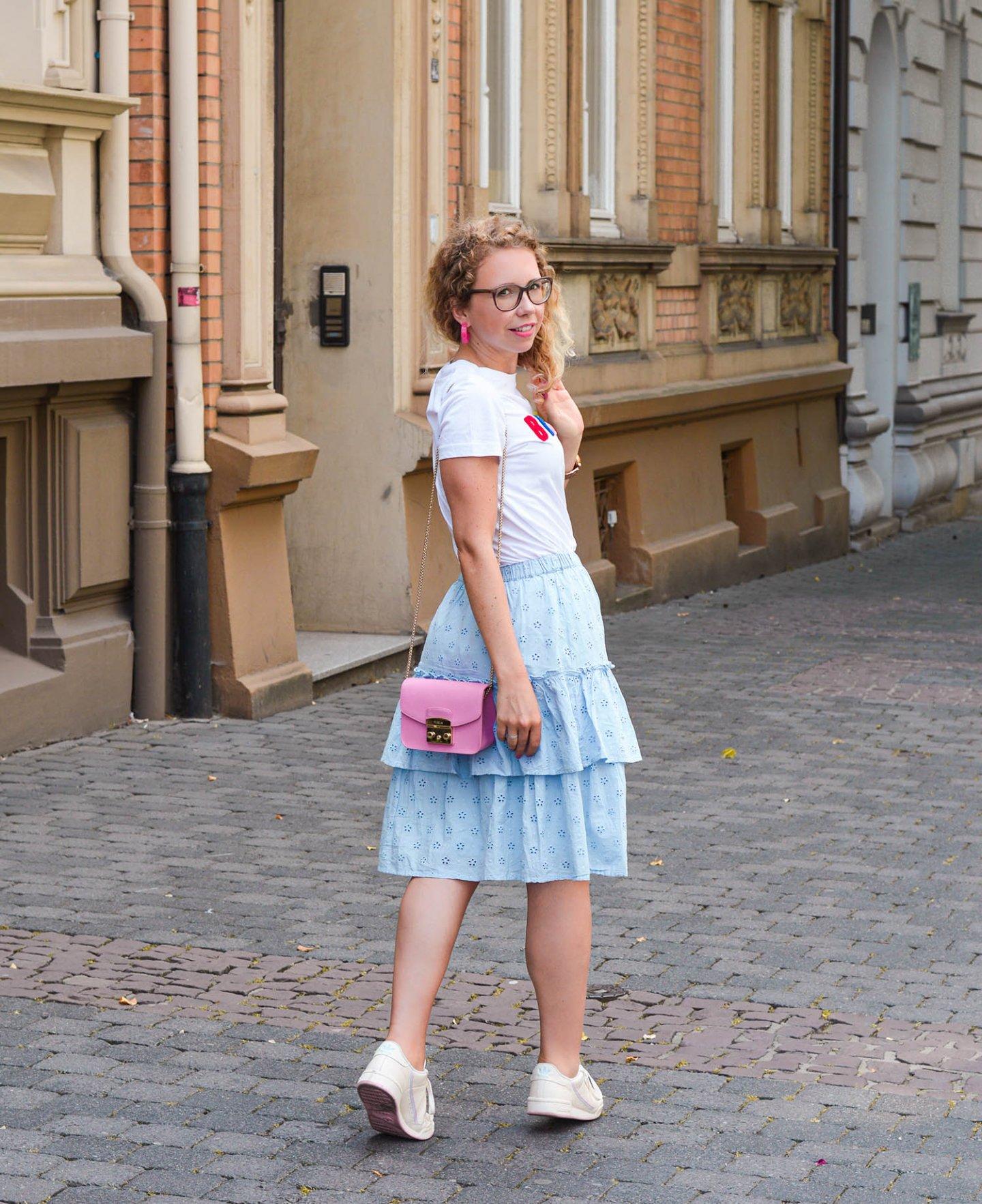 H&M Sommeroutfit mit Stufenrock und Statement-Shirt