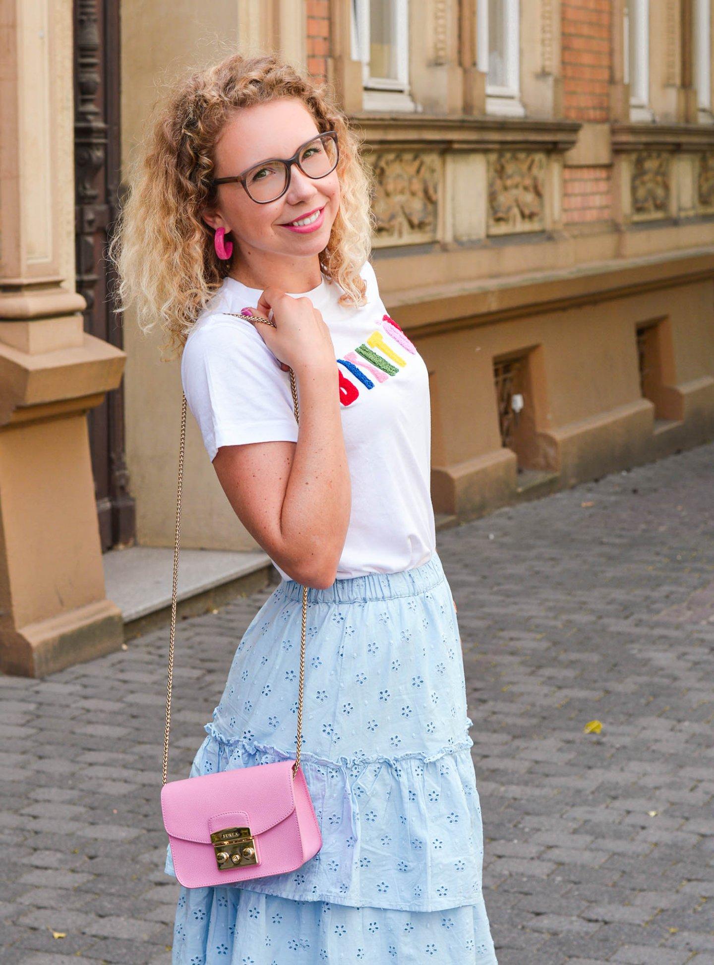 Feminines Sommeroutfit mit Volantrock