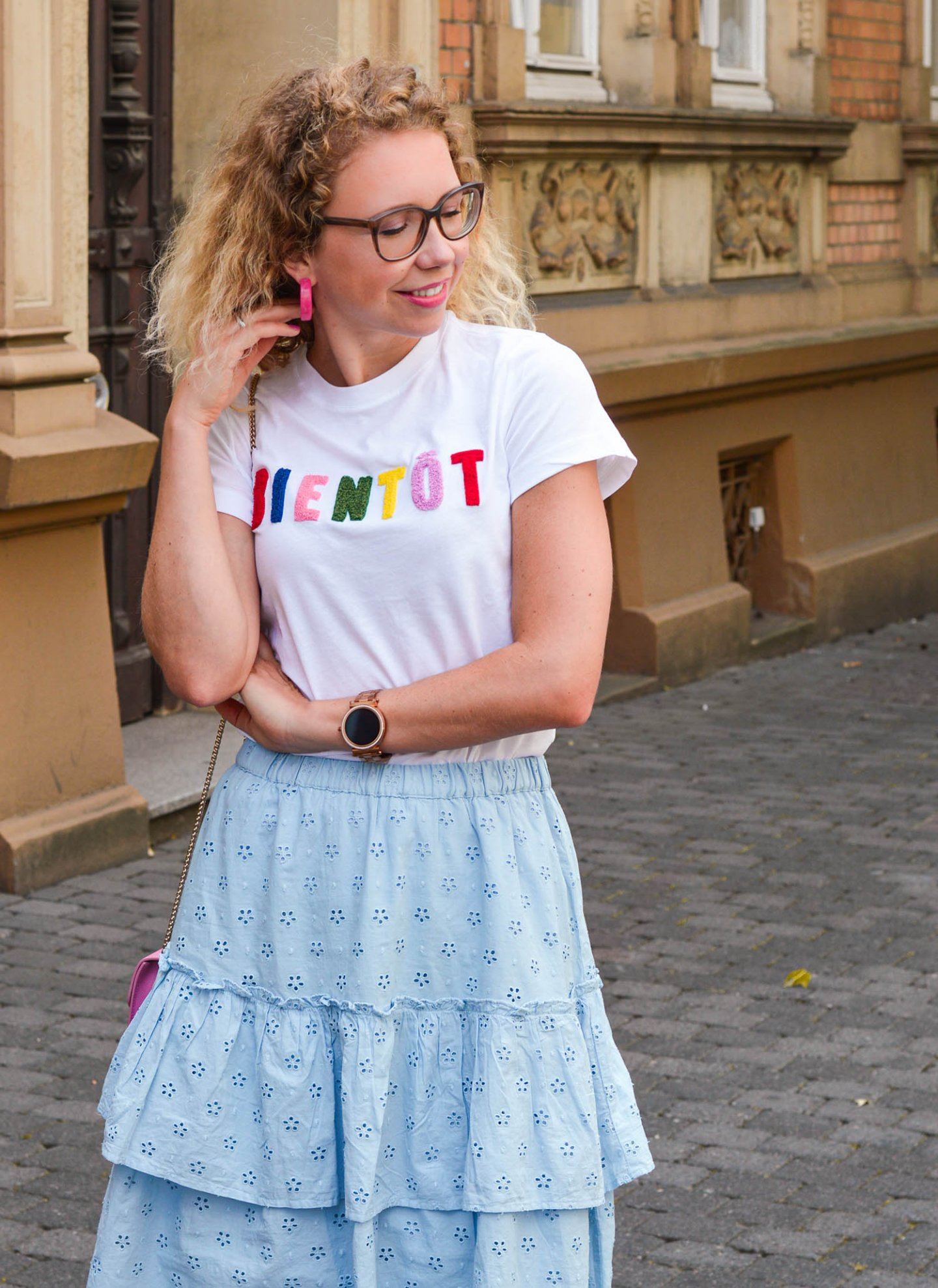 Mädchenhafter Sommerlook mit Stufenrock, Statement-Shirt und Sneaker