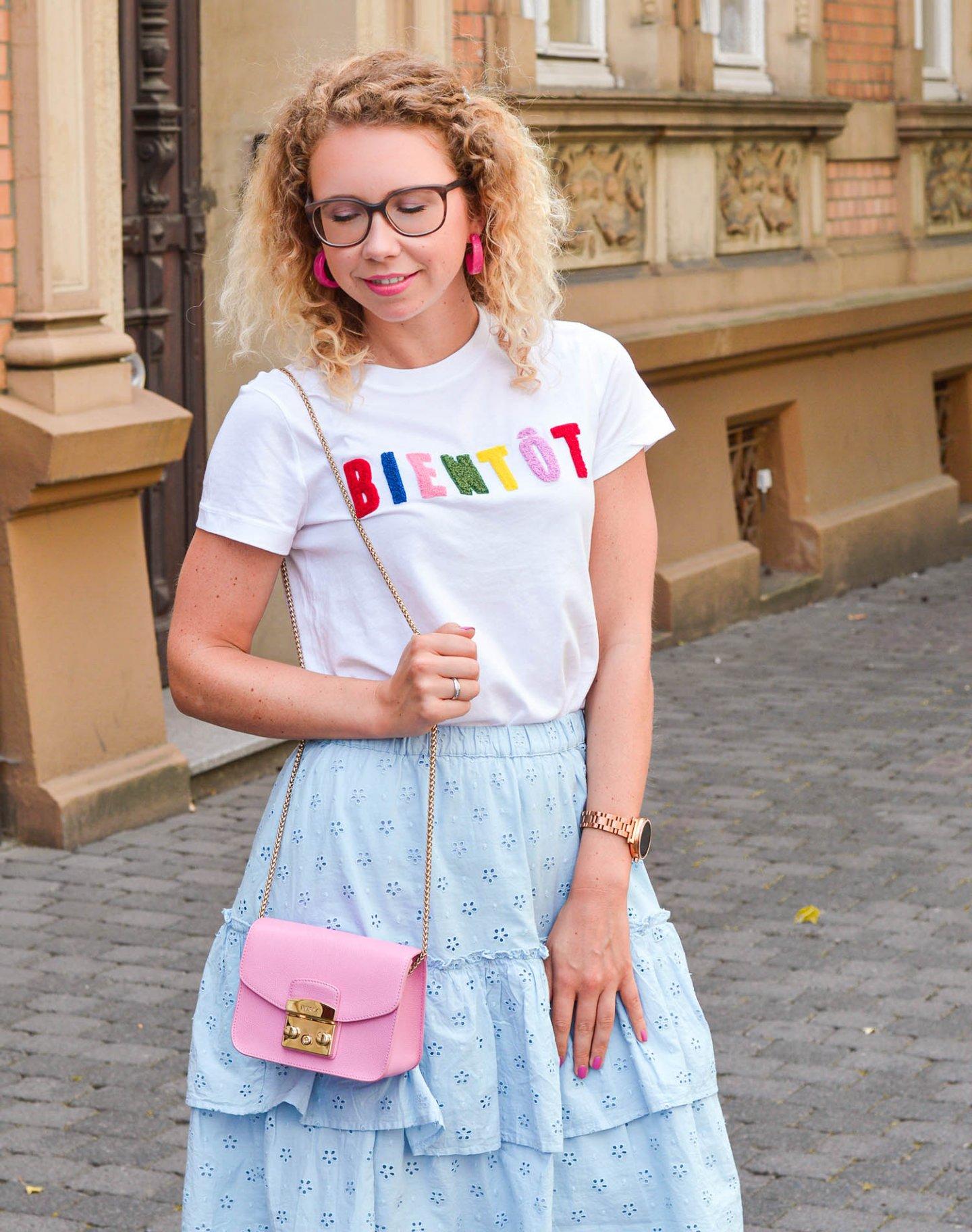 Sommerlook in Pastell mit Volantrock und Statementshirt von H&M