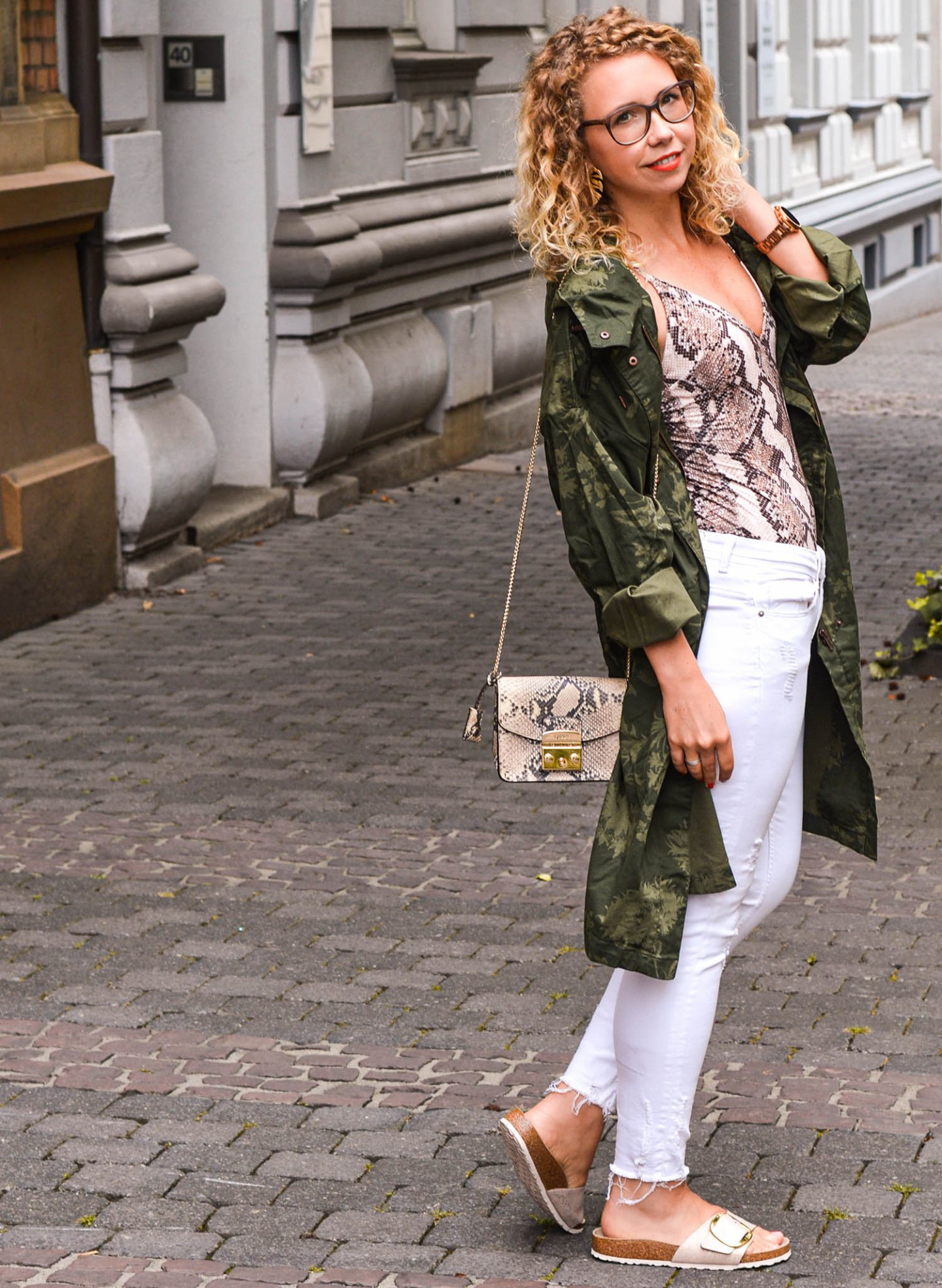urlaubslook mit parka, weißer Jeans und Birkenstocks