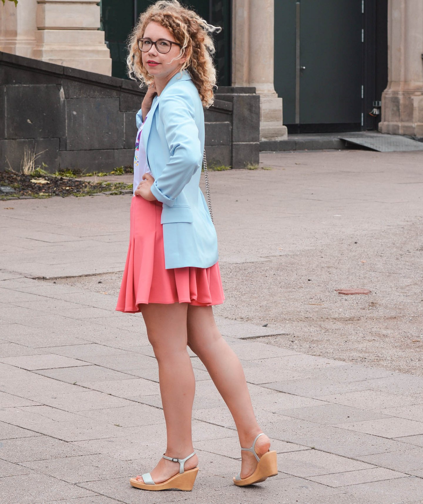 Blazer in Hellblau und Rock in Koralle
