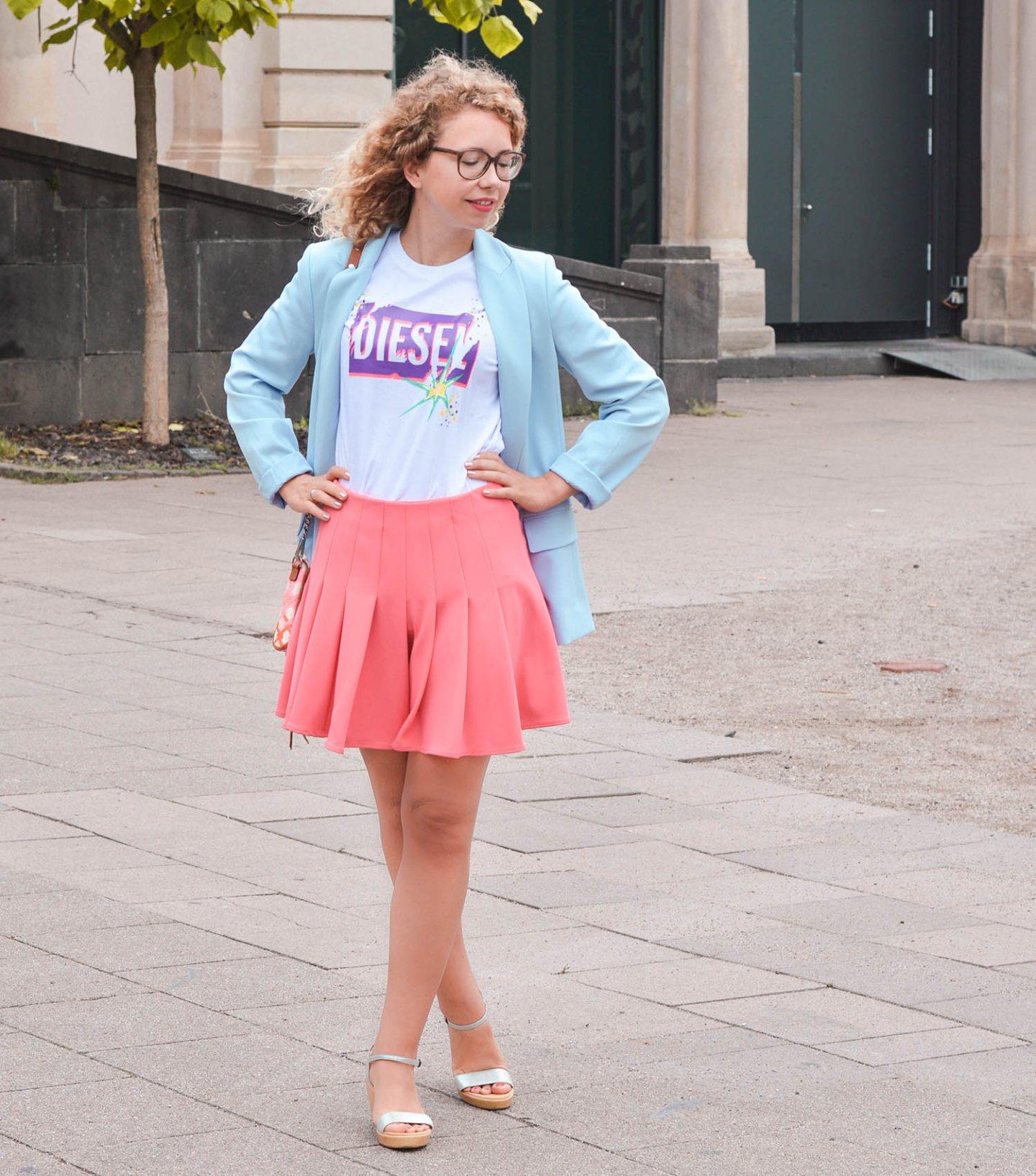 Fashionblog Outfit mit Logo-Shirt und Neon-Rock