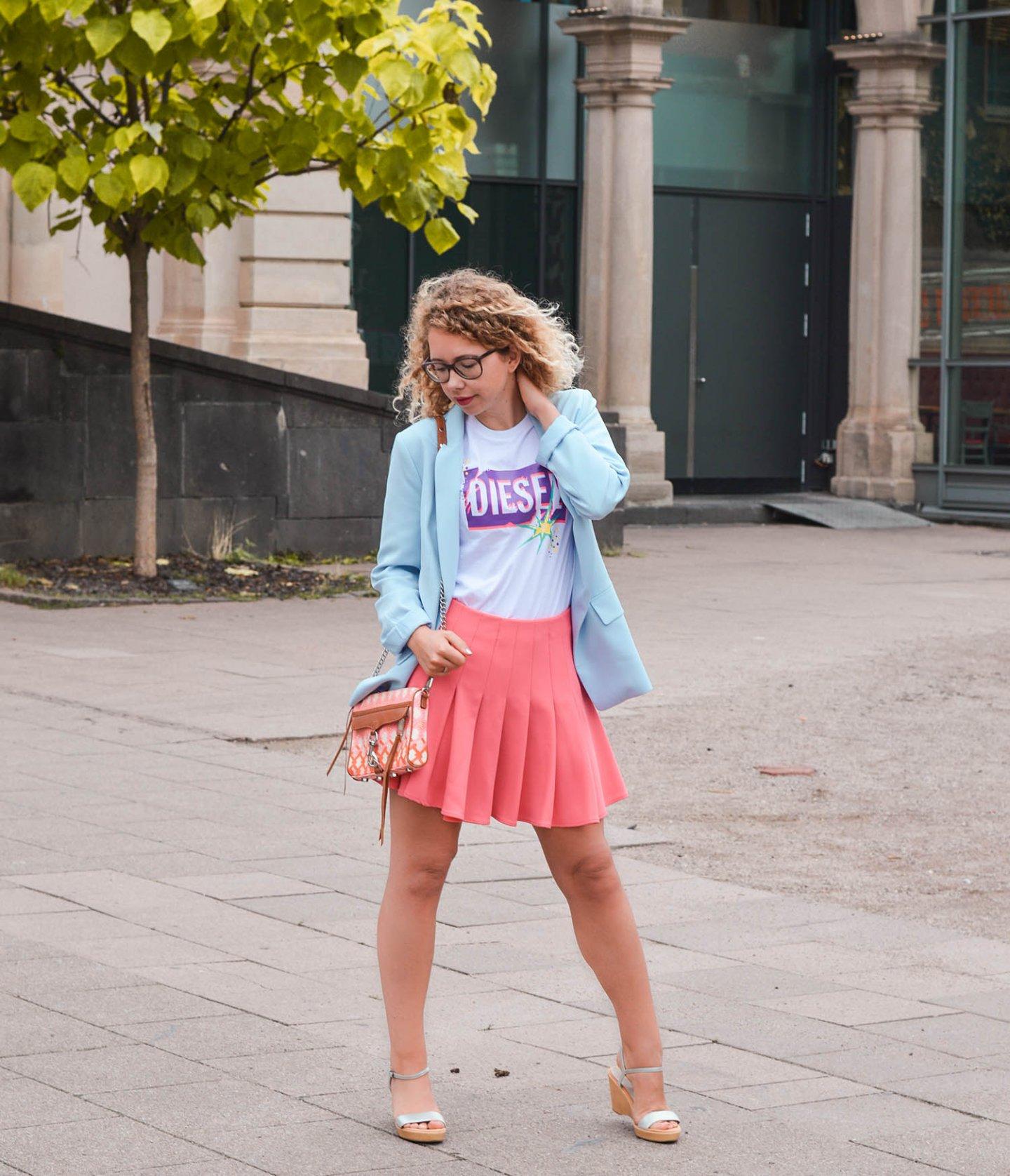 Logo-Shirt und Neon-Trend